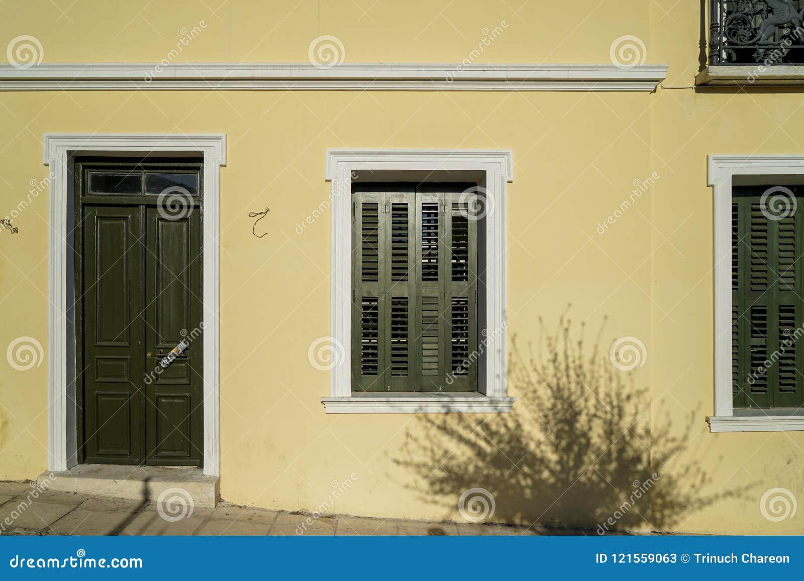 Scene De Beau Fond Urbain De Facade De Batiment Dans Le Mur Jaune