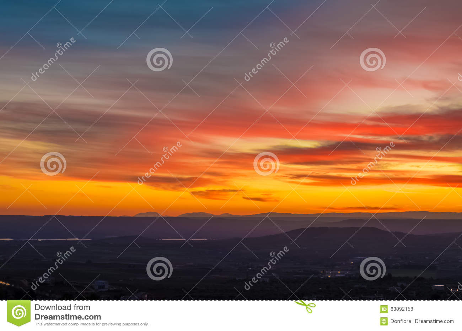 Download Scène De Coucher Du Soleil Avec Des Montagnes à L'arrière-plan Photo stock - Image du fond, couleur: 63092158