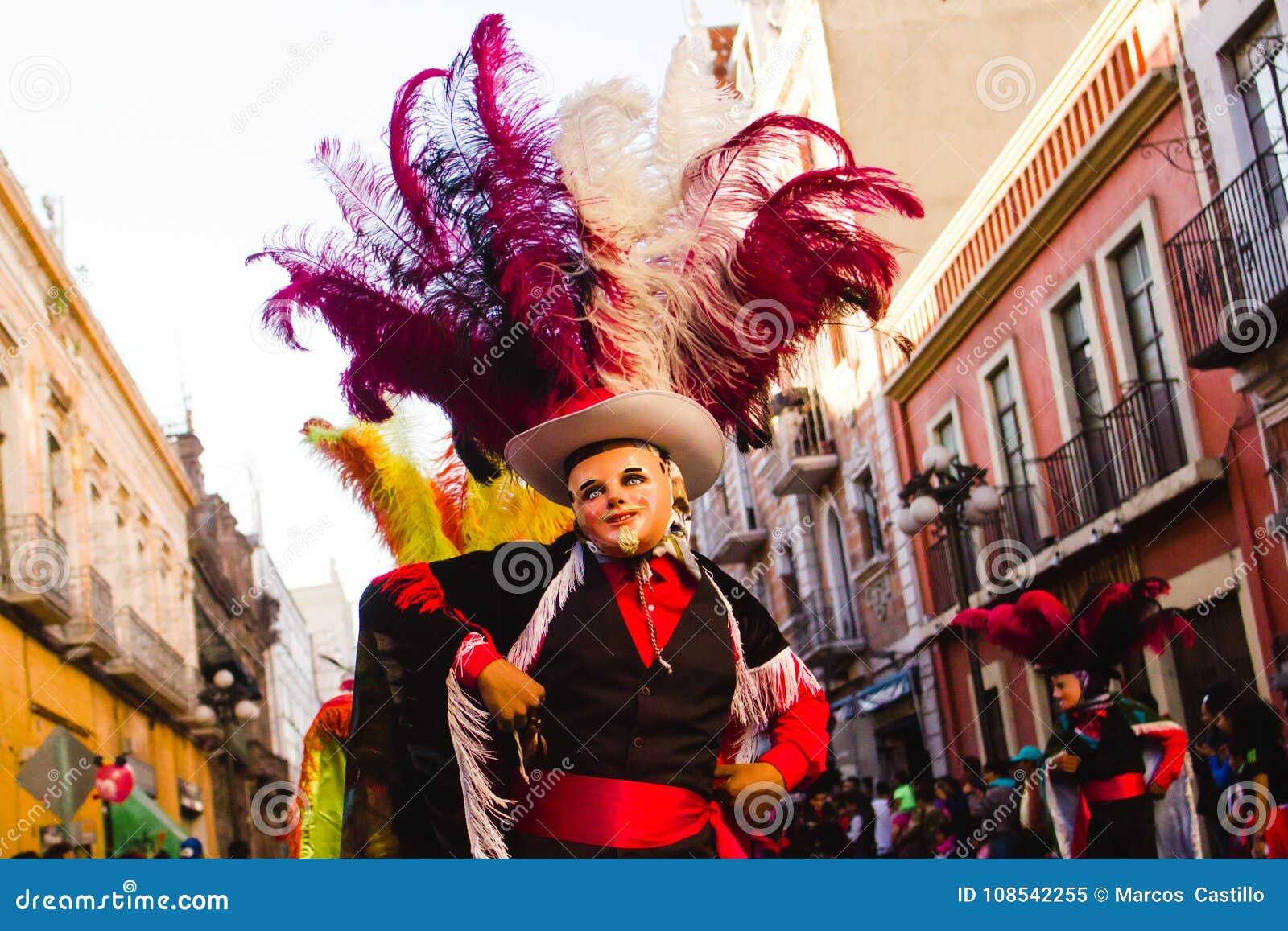 Costume Folklorique scène de huehues mexique, de carnaval, danseur utilisant un costume