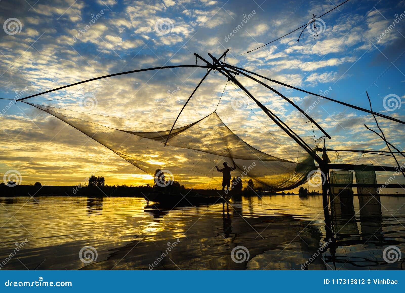 Scène de lever de soleil dans le domaine de culture de La de Tha avec le filet de pêche dans le Doc. de Chau, province d An Giang