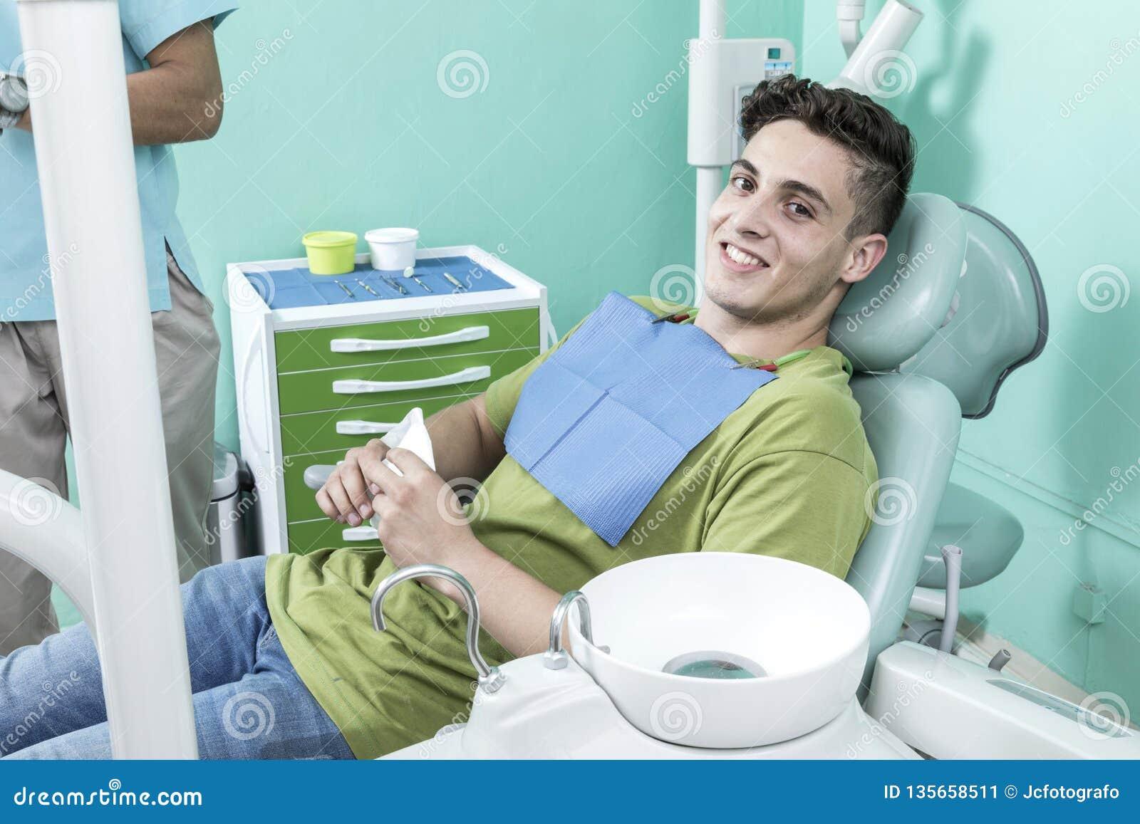 Scène de mode de vie de bureau de dentiste desaturated