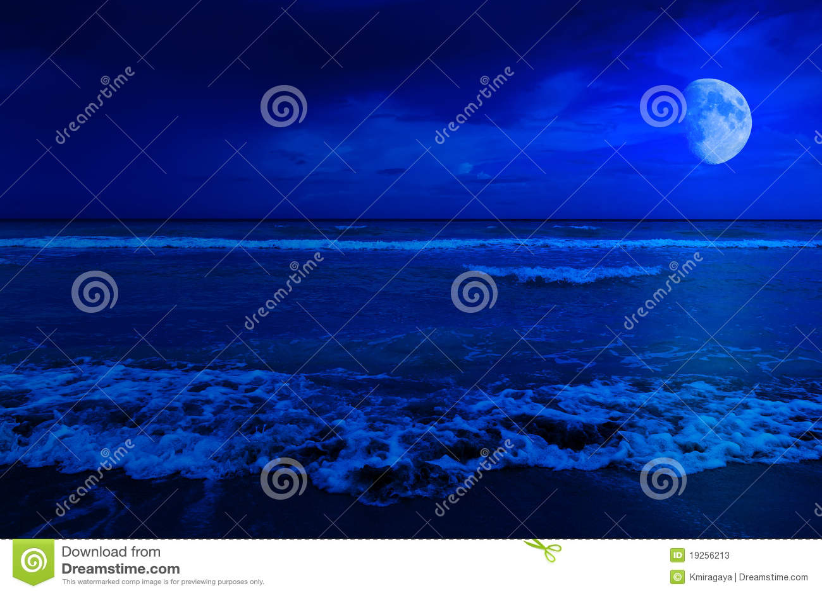Scène de nuit dans une plage abandonnée