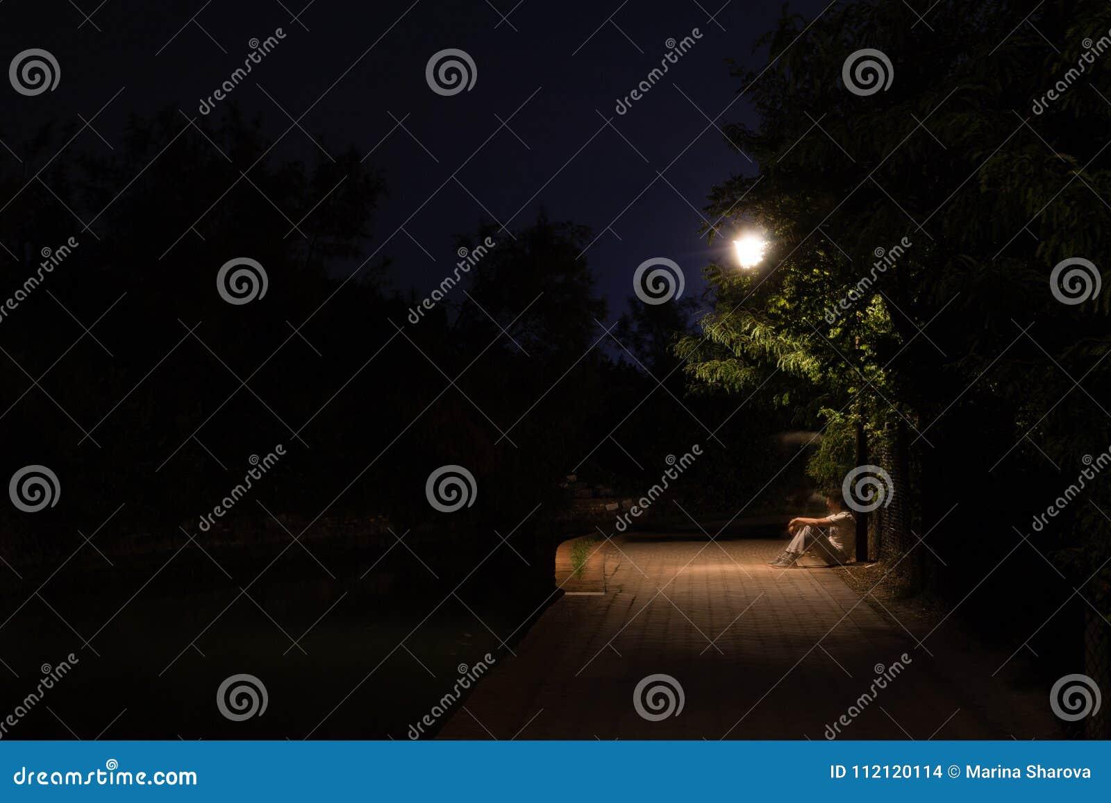 Scène de nuit de double exposition de l homme se reposant dans la rue sombre sous la lumière Les silhouettes masculines de recul