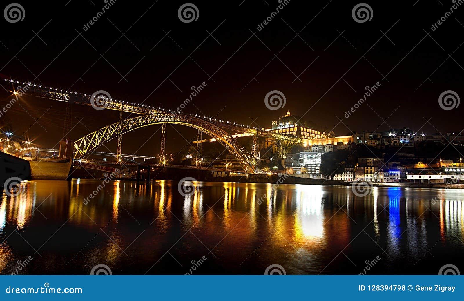 Scène de nuit de la rivière et du pont à Porto historique Portugal