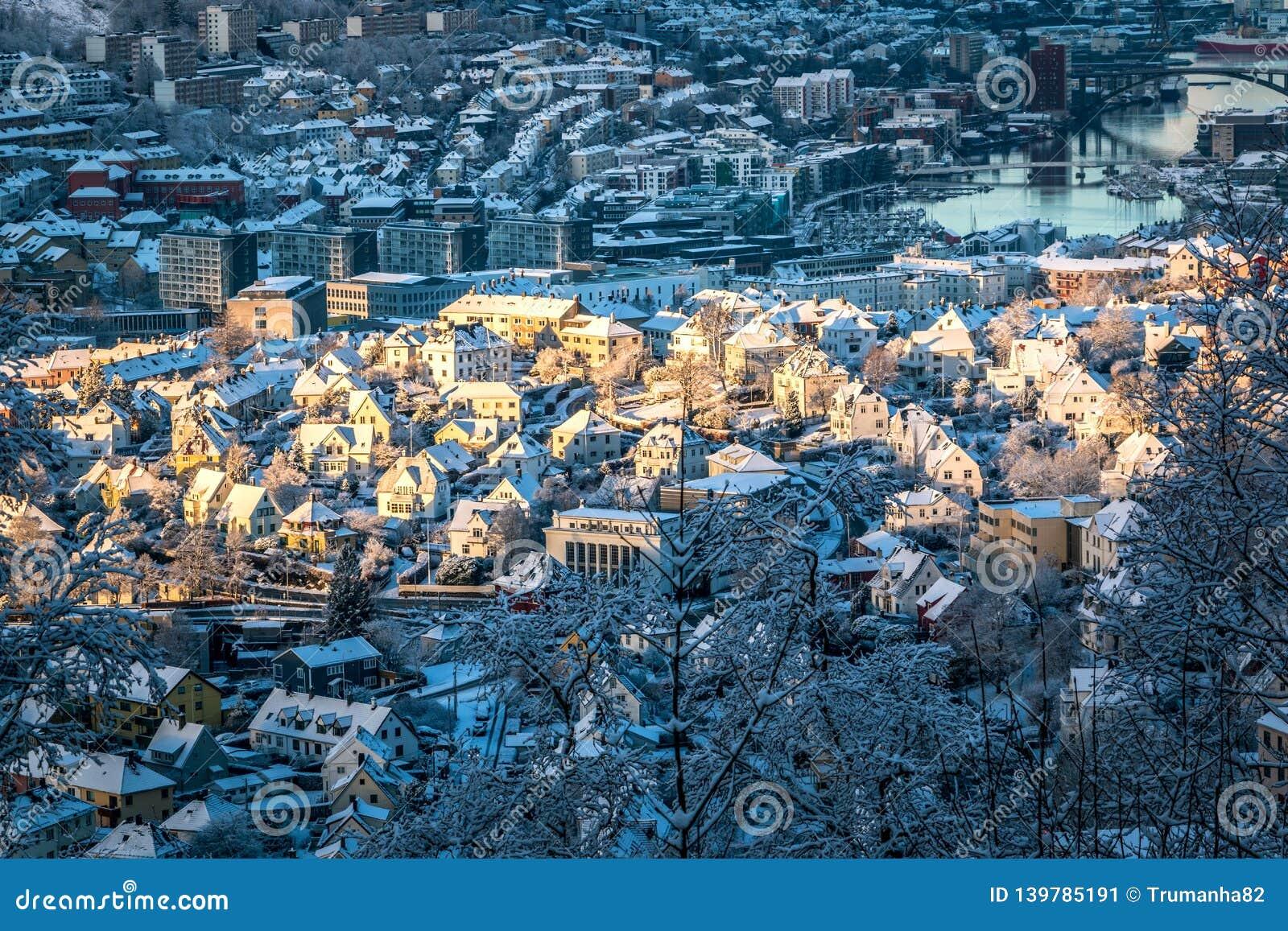 Scène de ville d hiver avec la vue aérienne de Bergen Center au soleil de matin