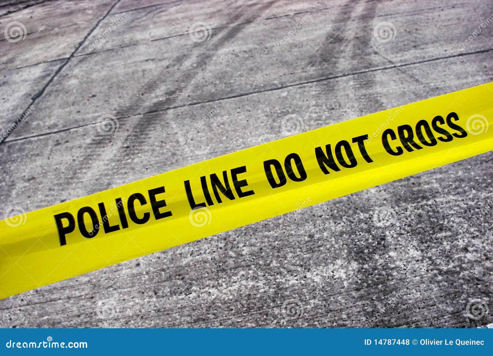 Scène du crime de rue avec la ligne de police bande
