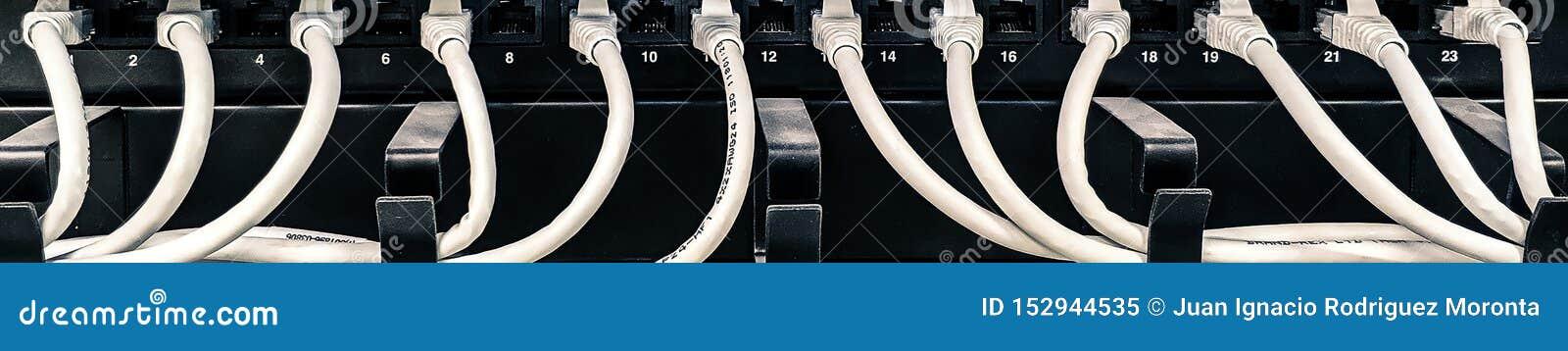 Scaffale, commutatori e cavi di comunicazione nella stanza del server dati
