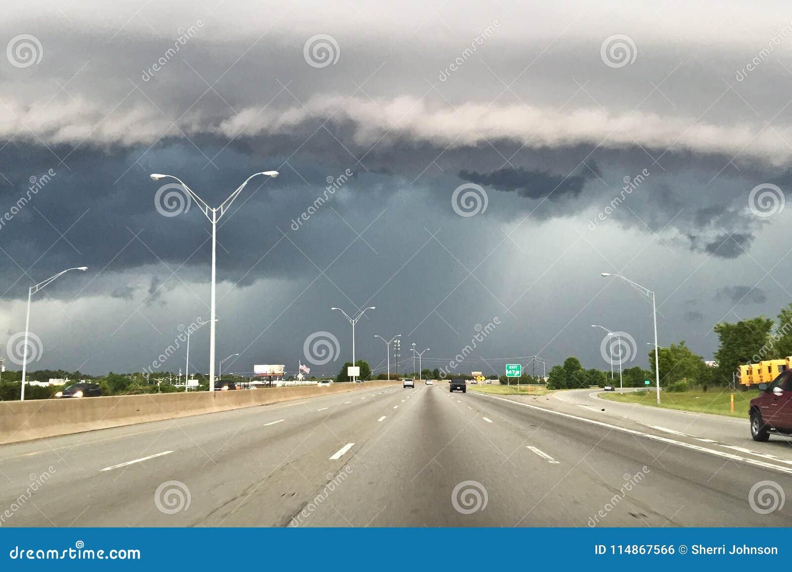 Scaffale della nuvola che si muove dentro sopra la costa di Florida