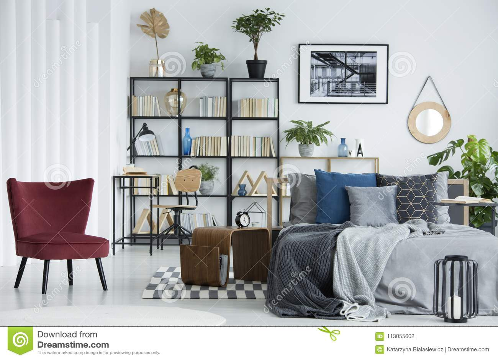 Scaffale Per Libri In Camera Da Letto Fotografia Stock Immagine Di Luminoso Disegno 113055602