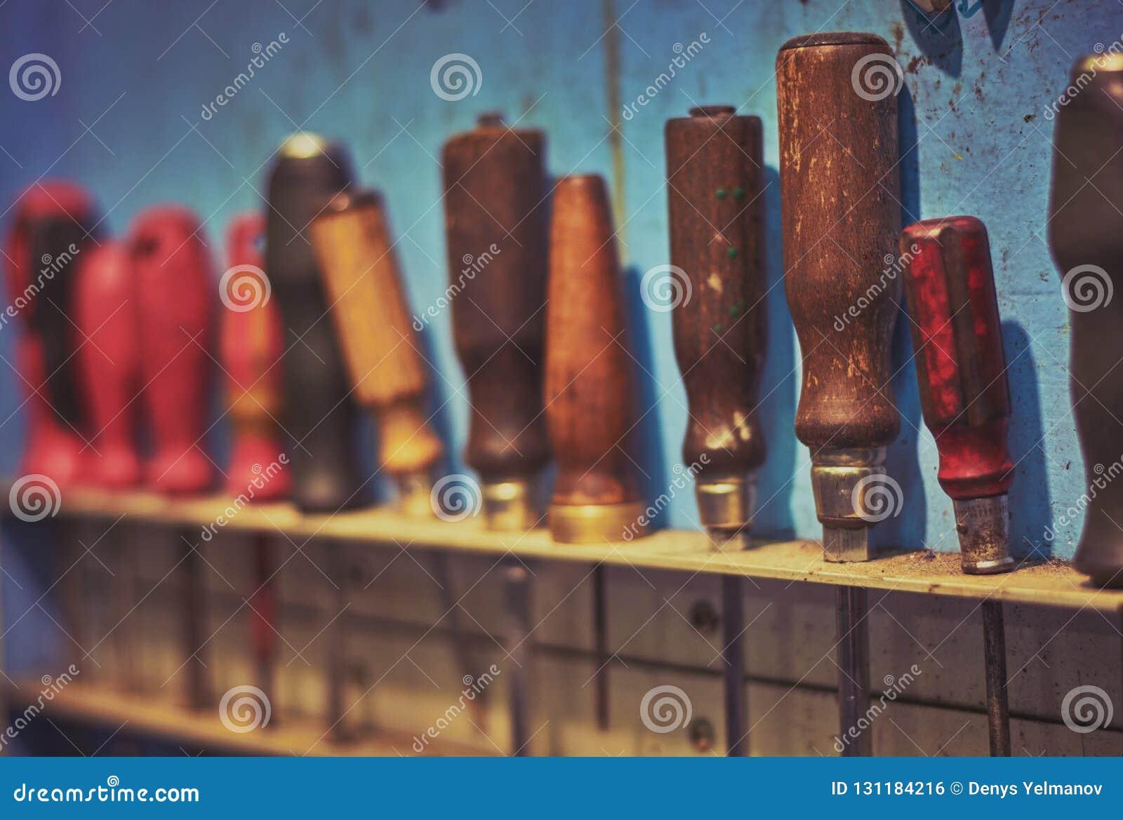 Scaffale rustico con i cacciaviti d attaccatura di abbondanza