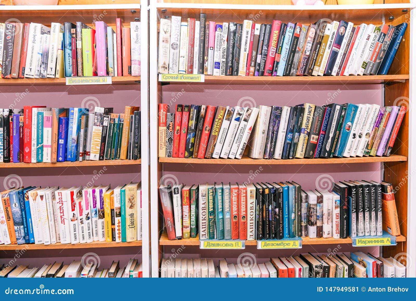 Scaffali con i libri nella biblioteca Fondo vago degli scaffali per libri Istruzione e scienza Deposito di libro, istruzione e