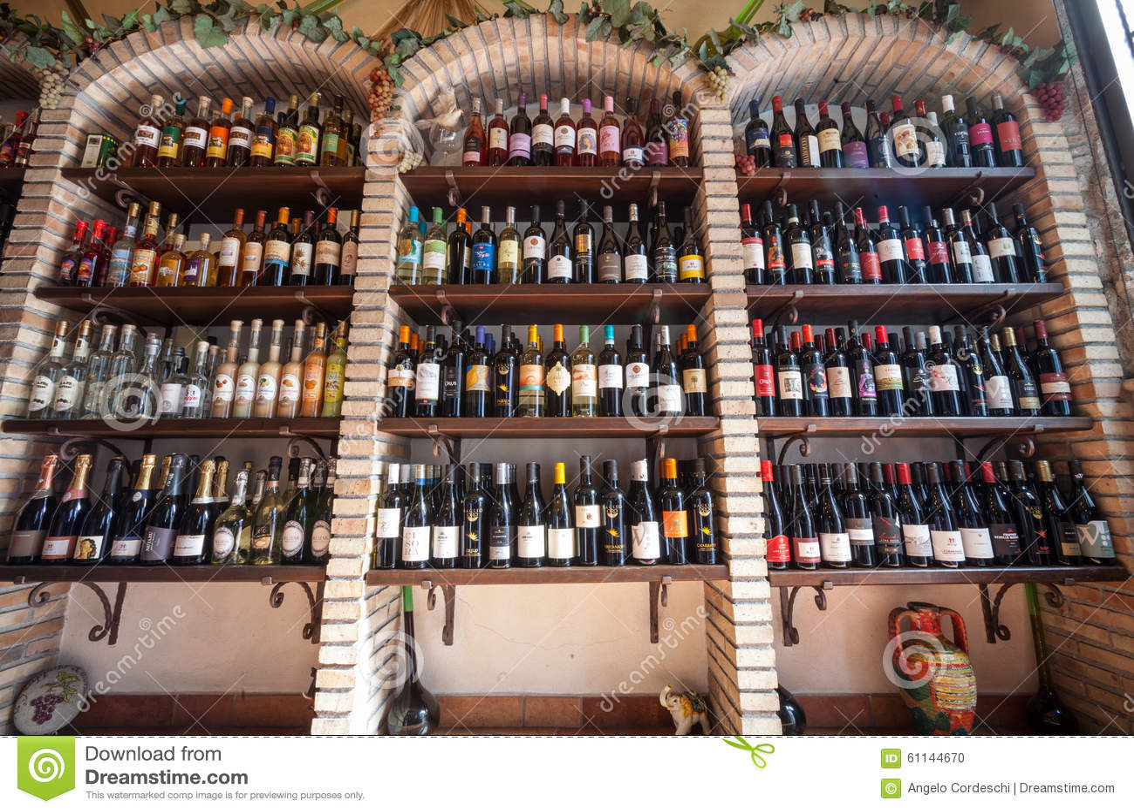 Scaffali di negozio del vino negozio della cantina for Scaffali per vino ikea