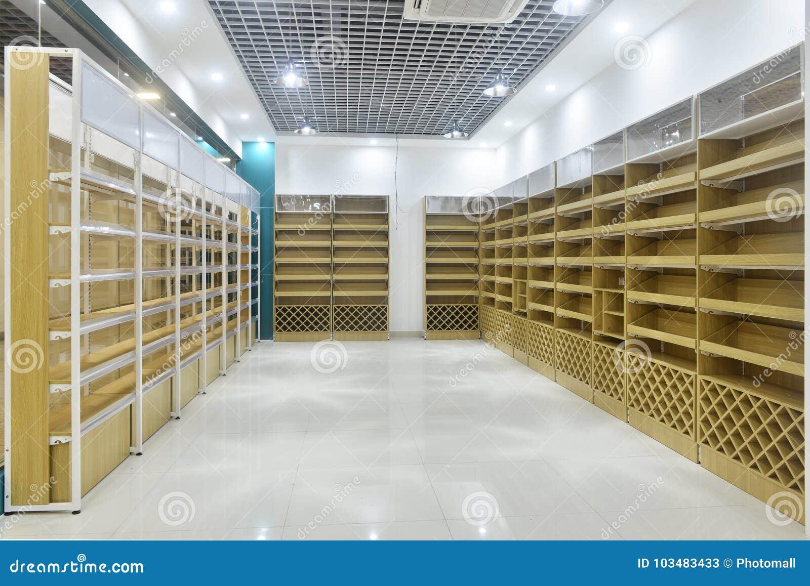 Scaffali di negozio vuoti dell interno del supermercato