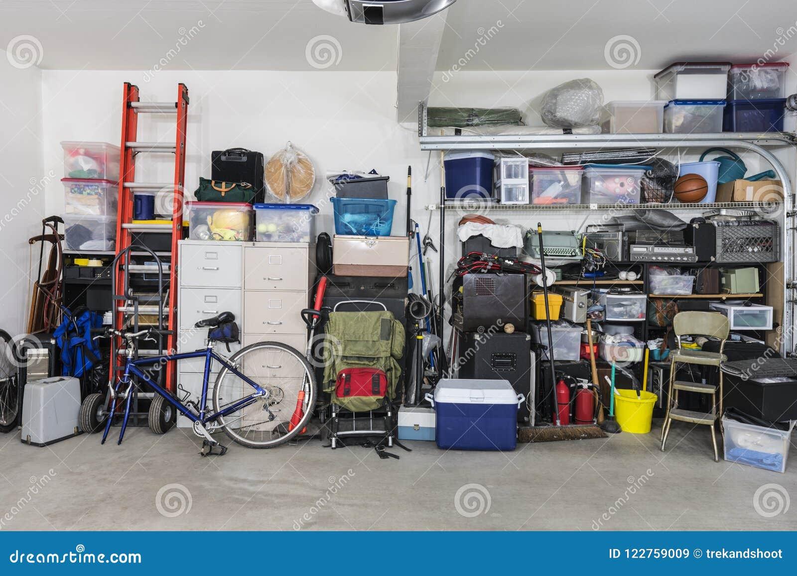 scaffali di stoccaggio del garage con gli oggetti d 39 annata