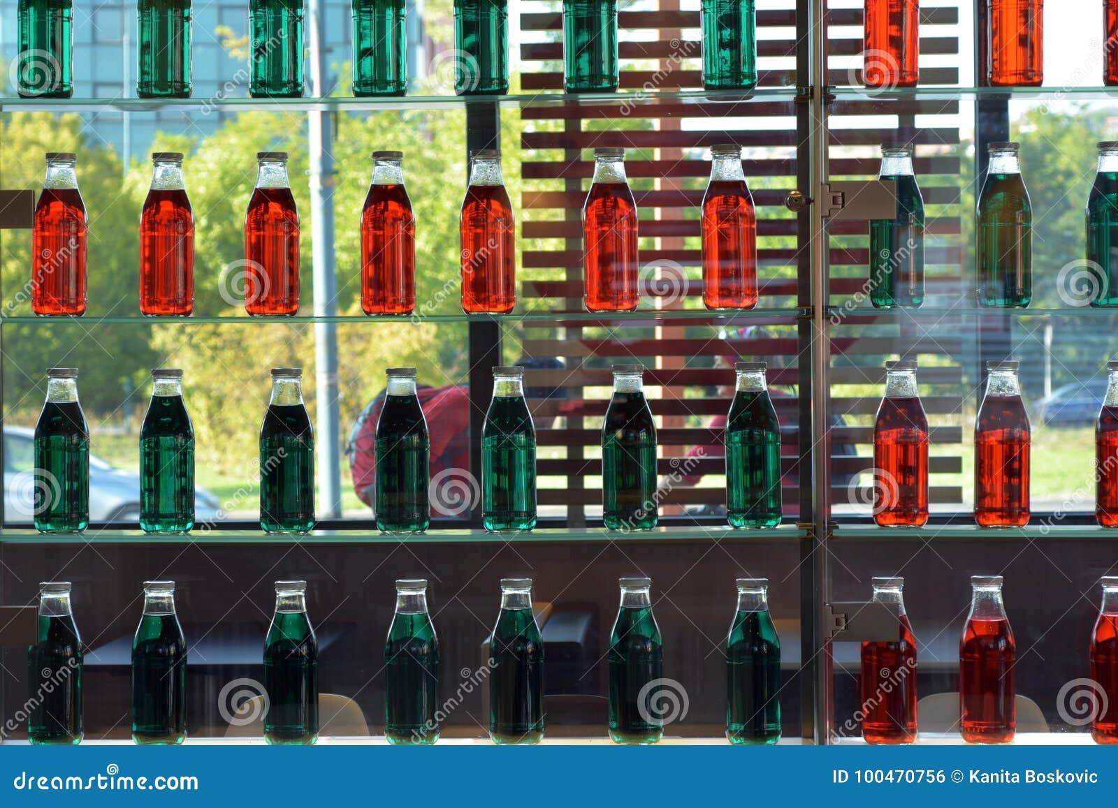 Pareti Con Bottiglie Di Vetro : Scaffali di vetro della parete verde e rossa della bottiglia in