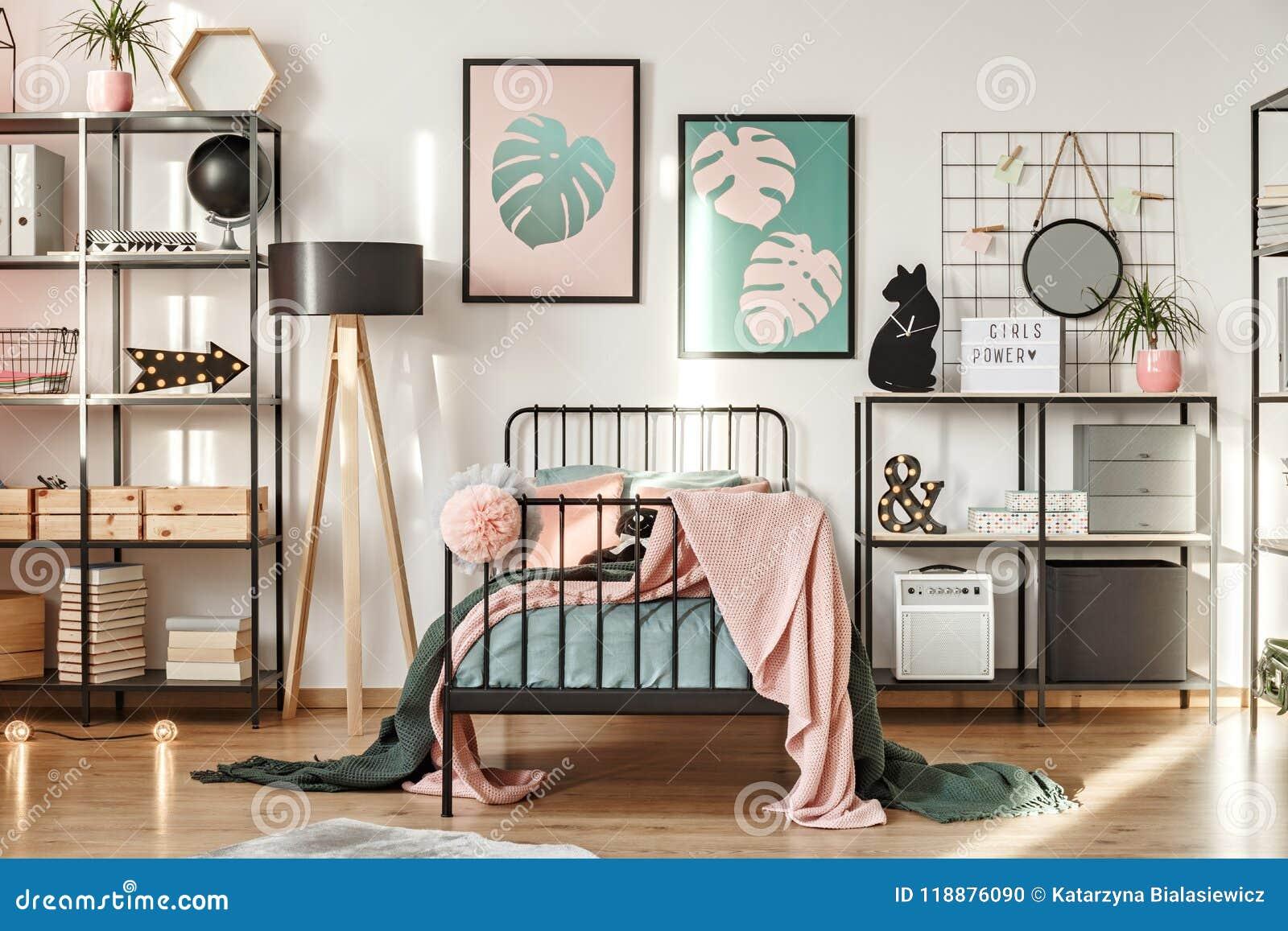 Decorazioni Camera Da Letto Ragazza : Scaffali nella camera da letto della ragazza fotografia stock