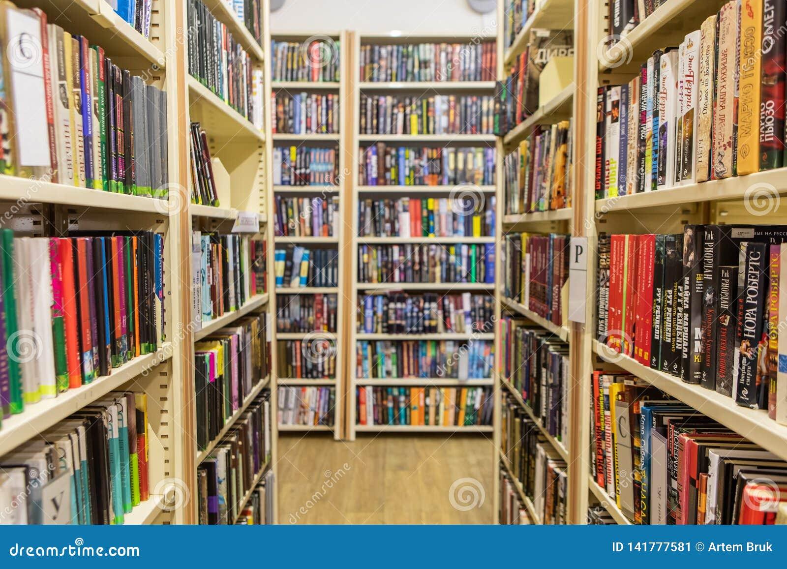 Scaffali per libri e scaffali nella biblioteca