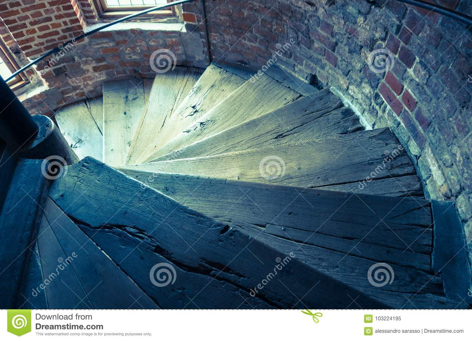 Scaletta In Legno Antica : Scala a chiocciola di legno antica in una vecchia torre immagine