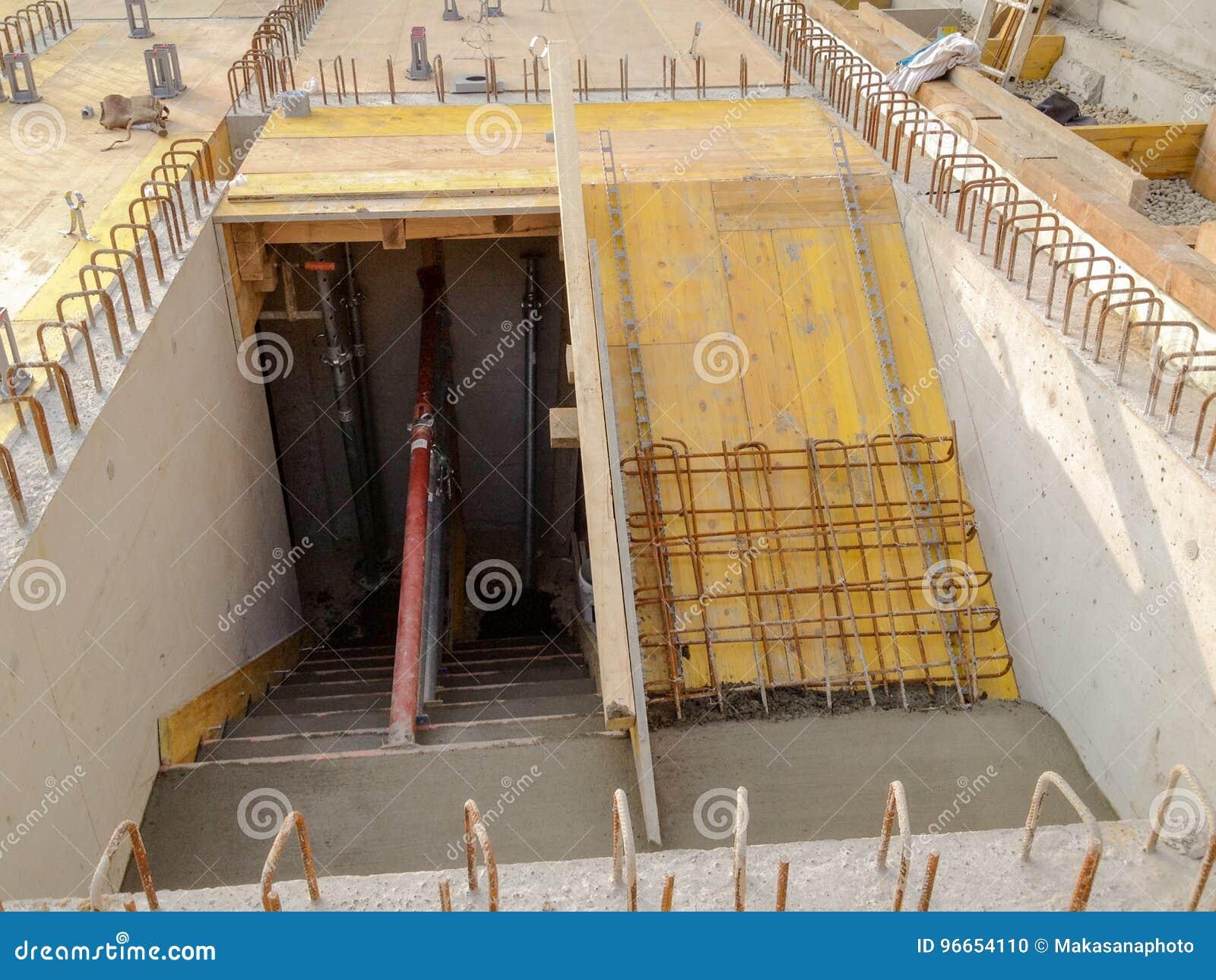 Prezzo Del Ferro Per Edilizia scala con il ferro del tondo per cemento armato sul cantiere
