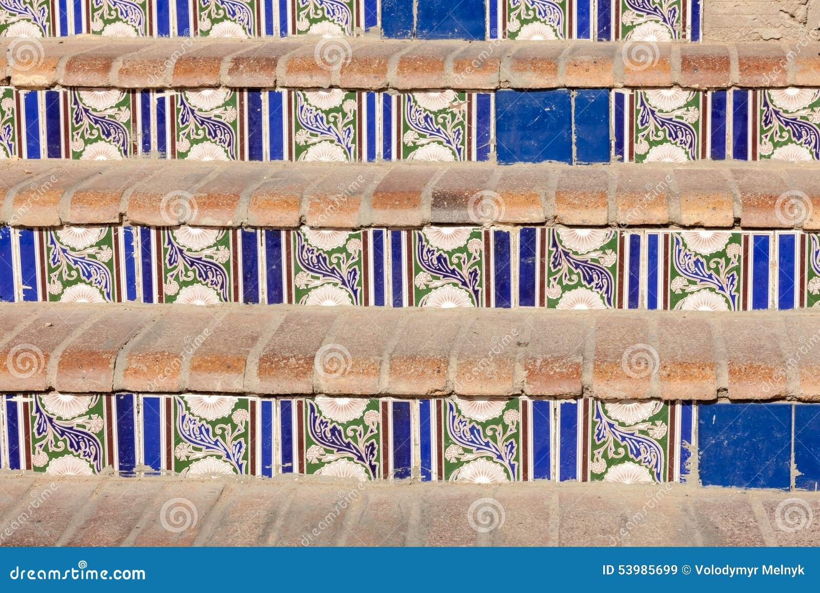 Scala con le piastrelle di ceramica modellate immagine stock