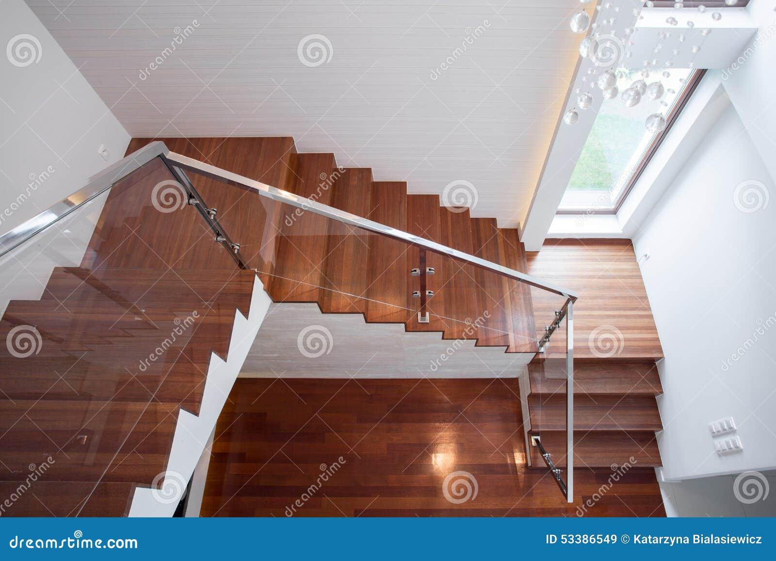 Scala di legno in casa di lusso immagine stock immagine - Scale di casa ...