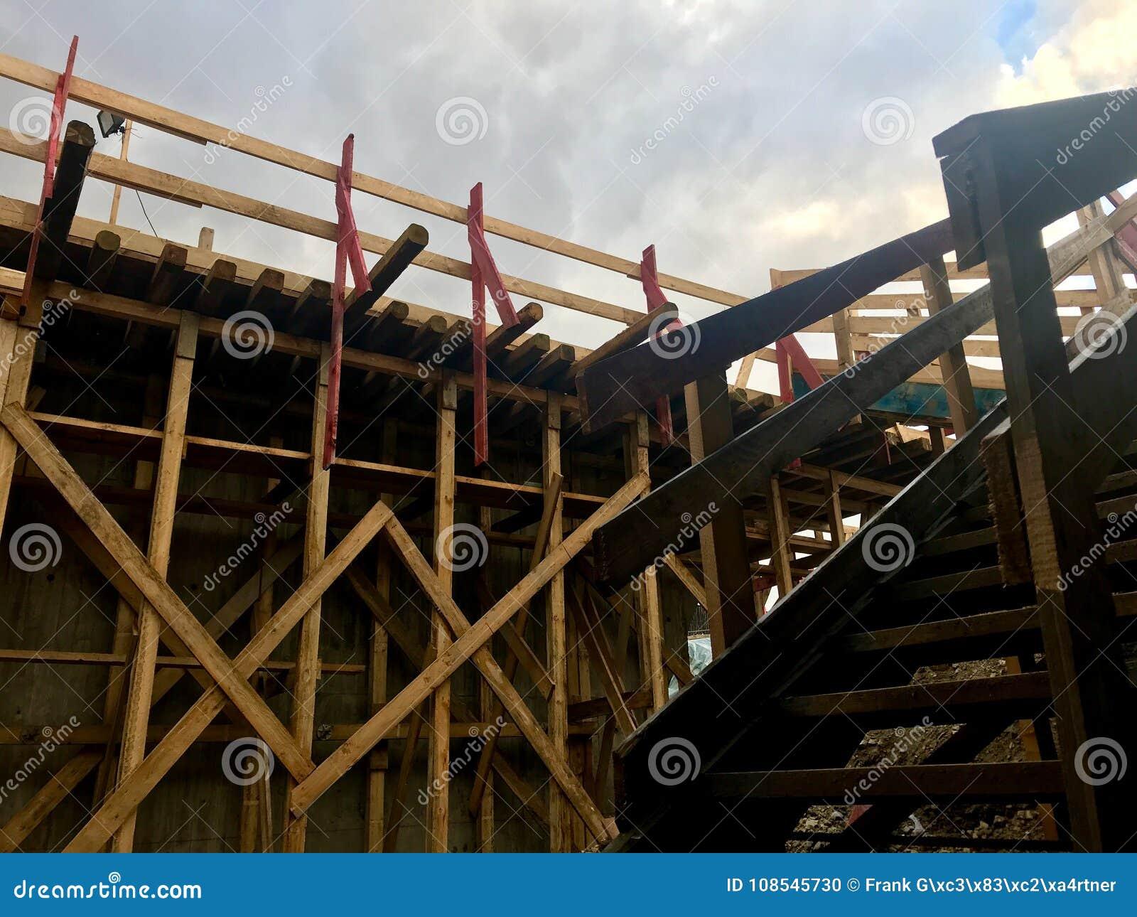 Scala di legno sul cantiere