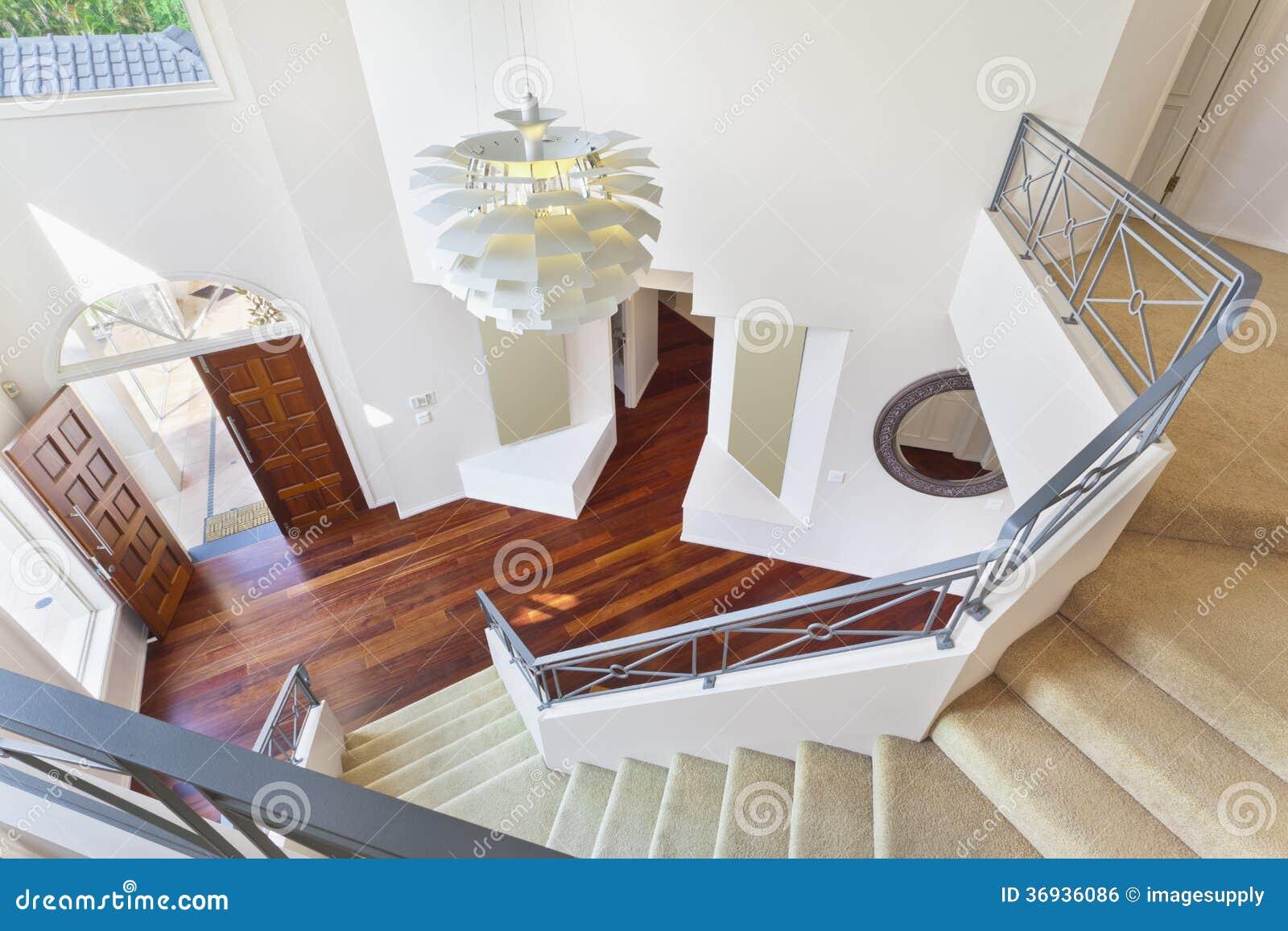 Scala ed entrata alla casa australiana moderna immagine for Decorazione entrata casa