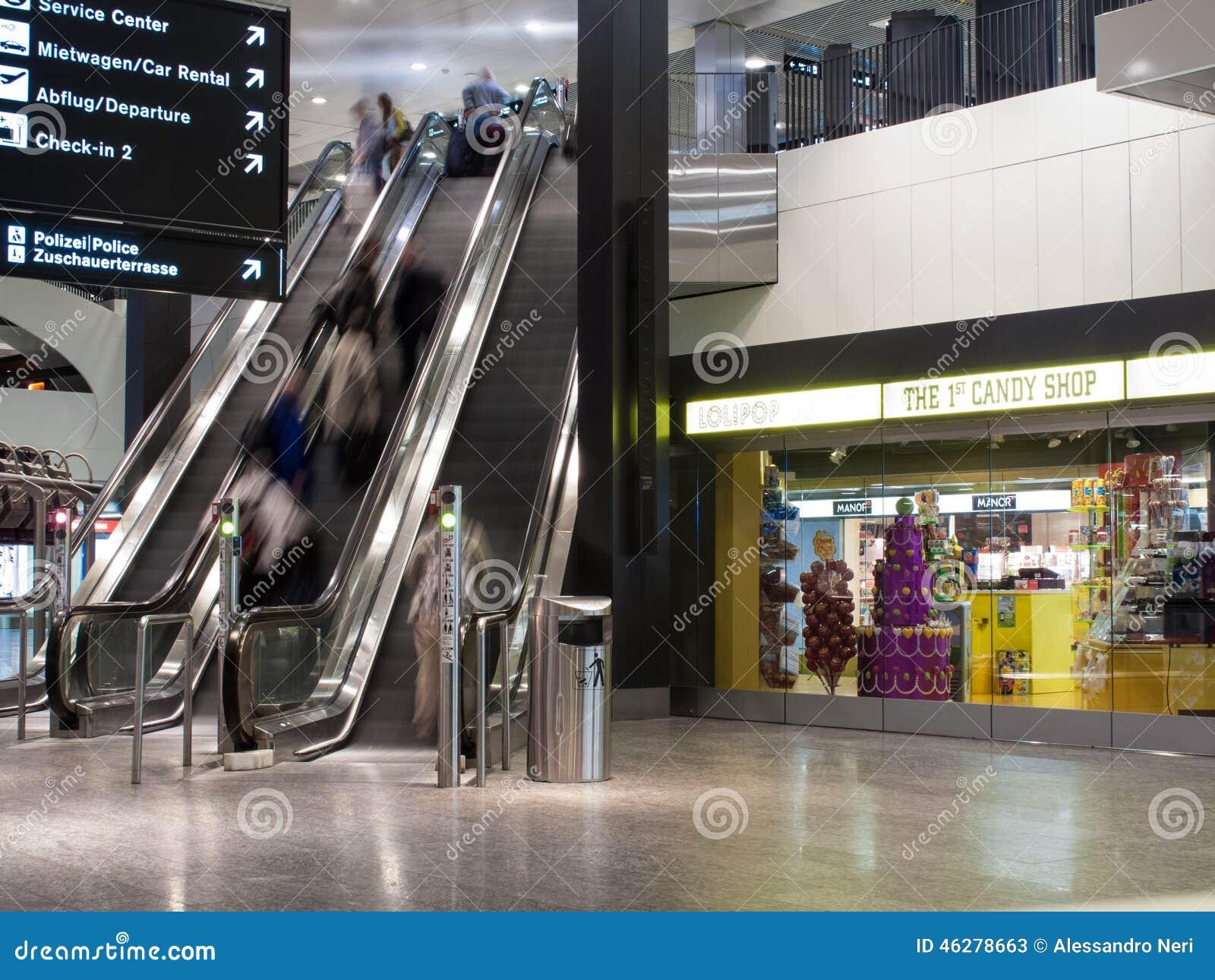 Aeroporto Zurigo Partenze : Scala mobile all aeroporto di zurigo fotografia stock editoriale