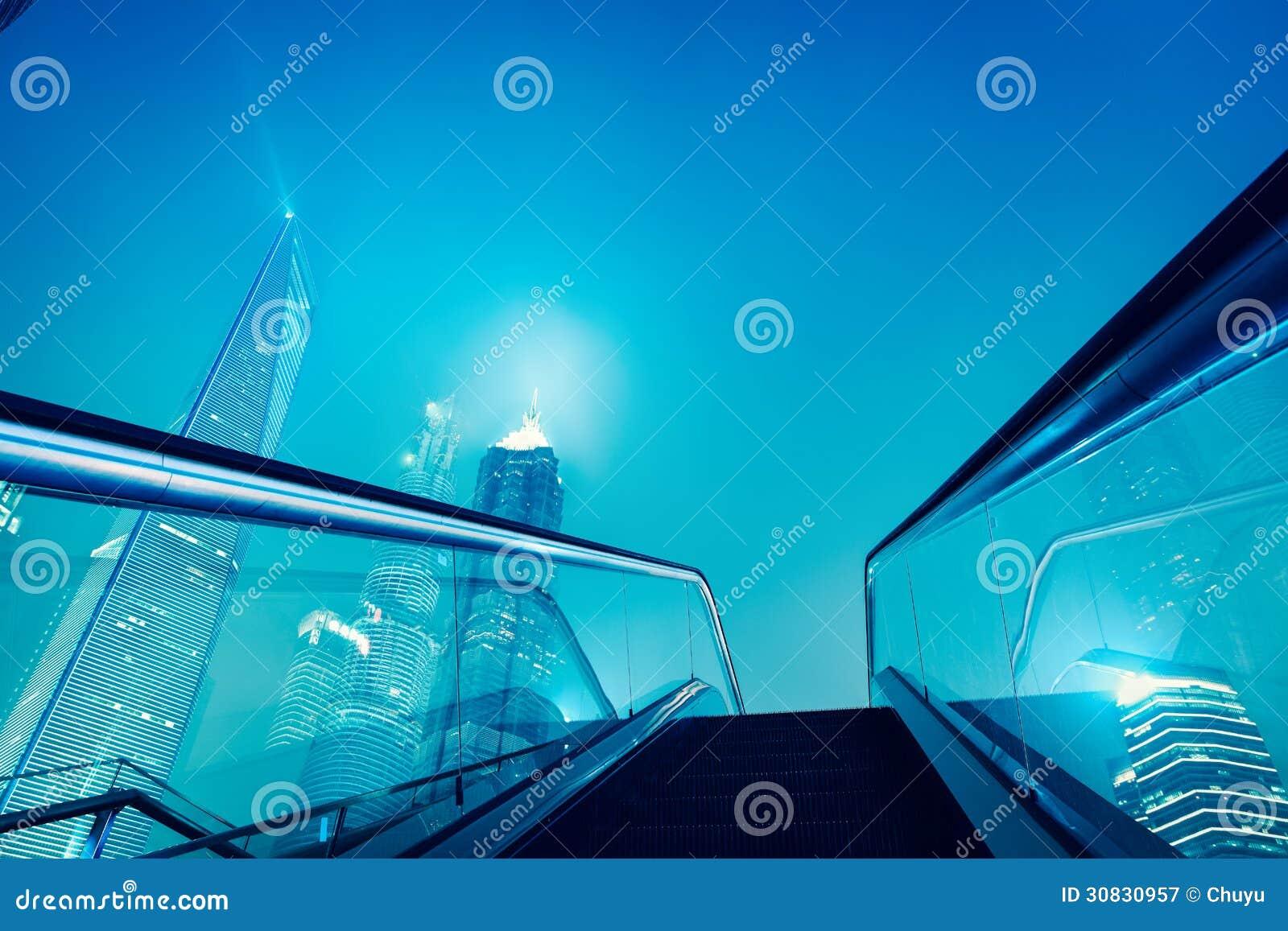Scala mobile e orizzonte di Schang-Hai alla notte