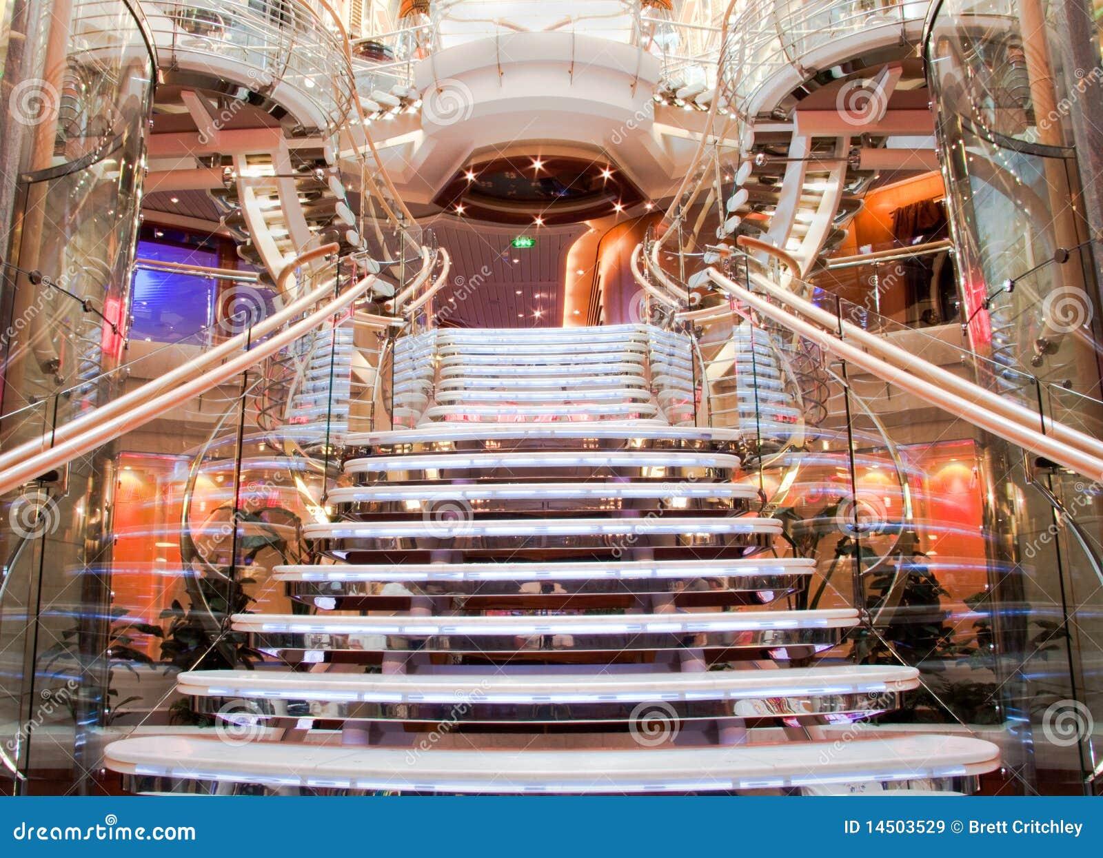 Scala spettacolare della nave da crociera immagine stock for Software free progettazione interni