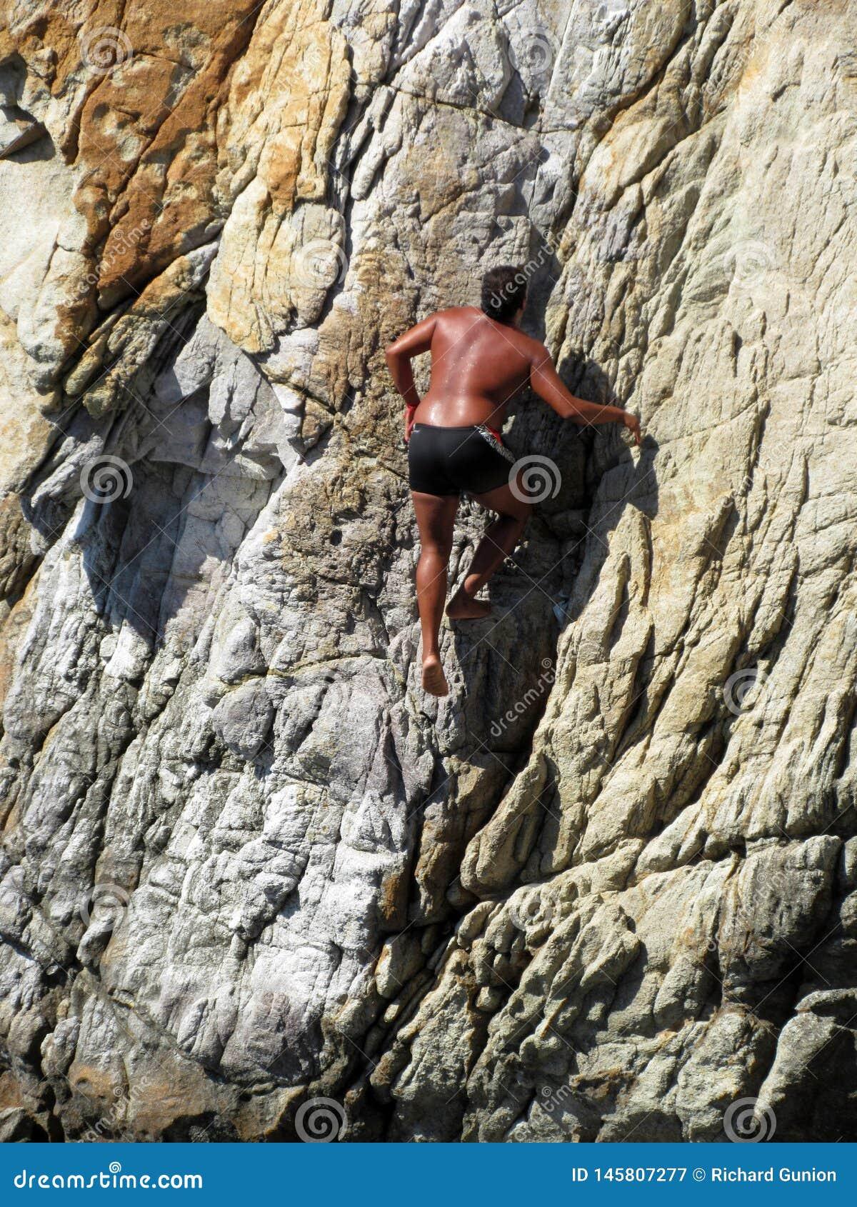 Scalare la parete rocciosa