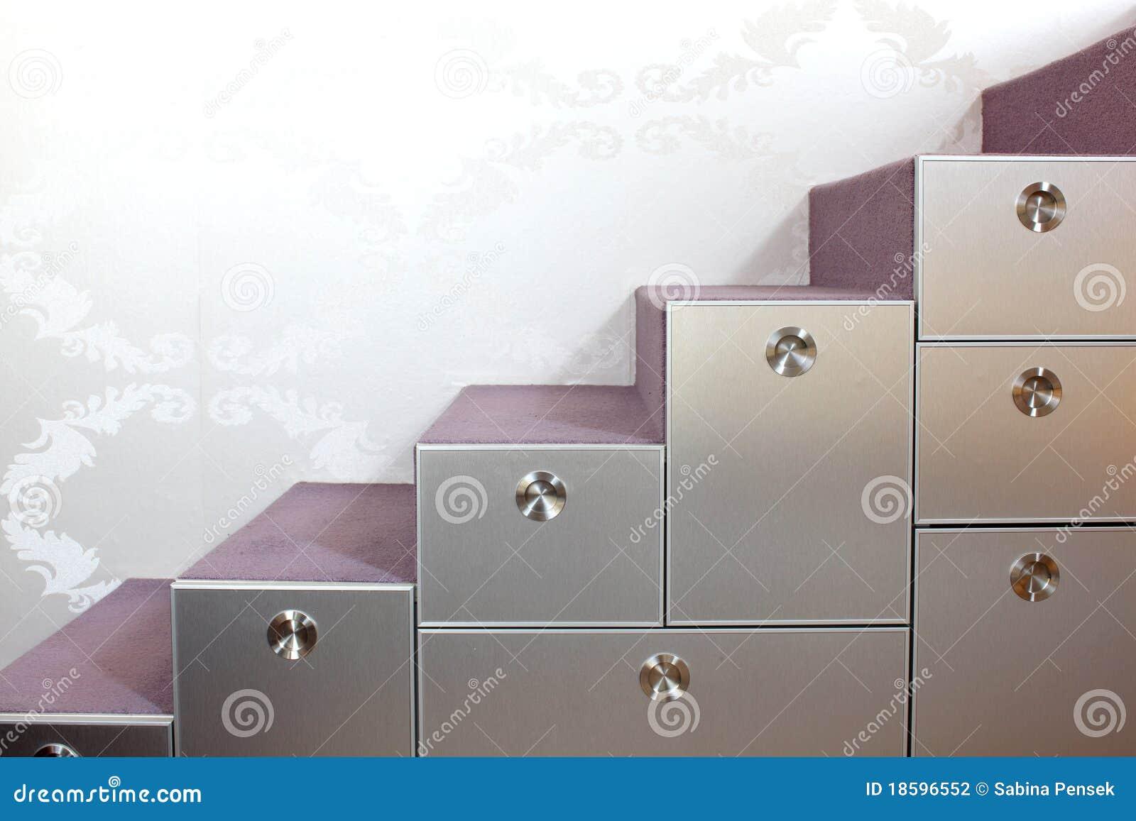 Scale Con E Cassetti Nella Casa Moderna Fotografia Stock - Immagine ...