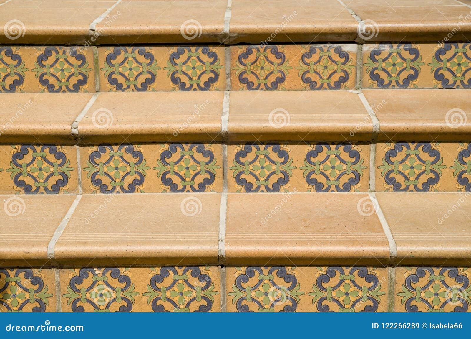 Scale coperte di piastrelle di ceramica con gli elementi floreali