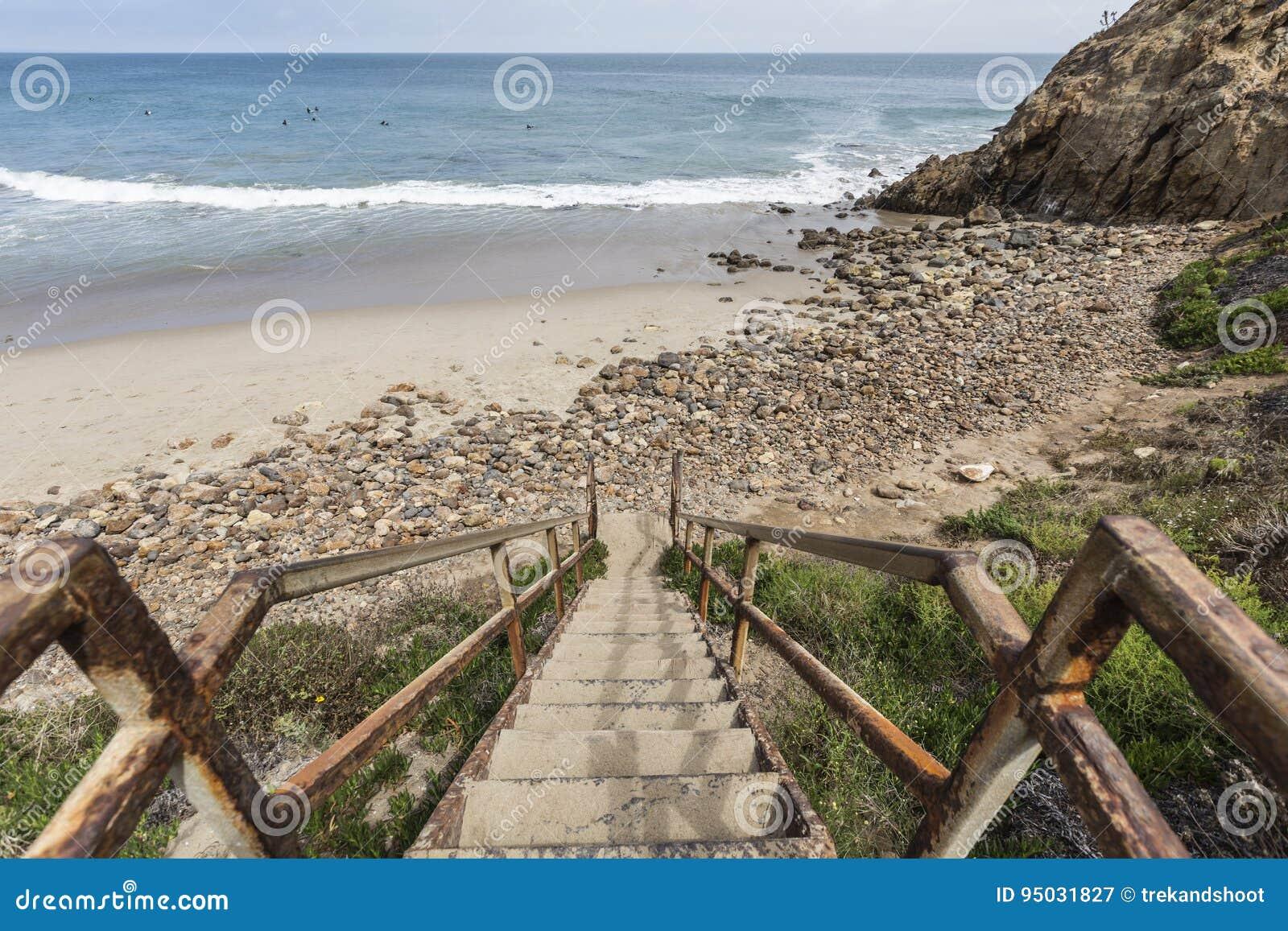 Scale della spiaggia alla baia di dume in malibu - Alla colorazione della spiaggia ...