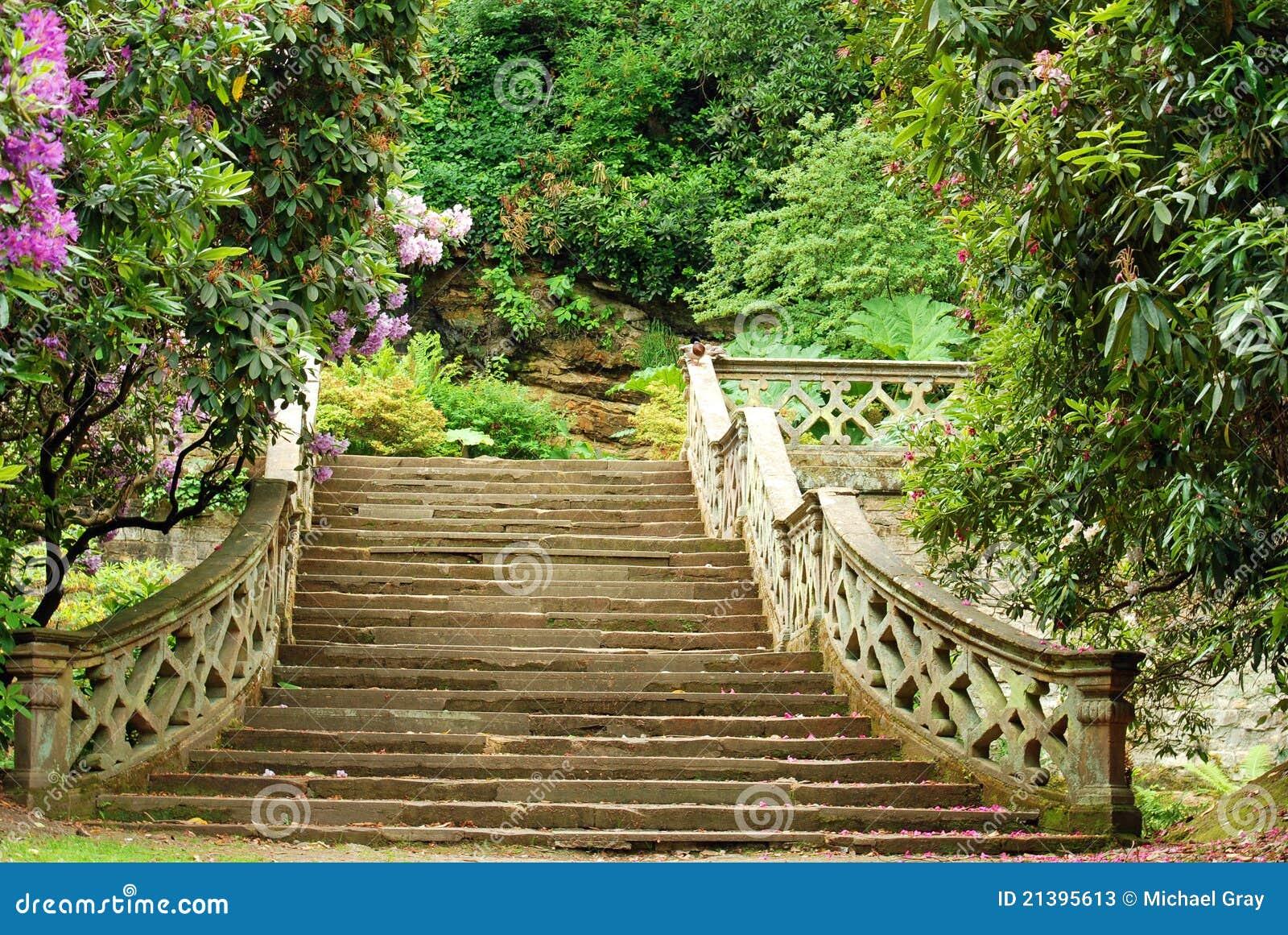 Scale di pietra nei giardini inghilterra del castello di - Scale per giardini ...