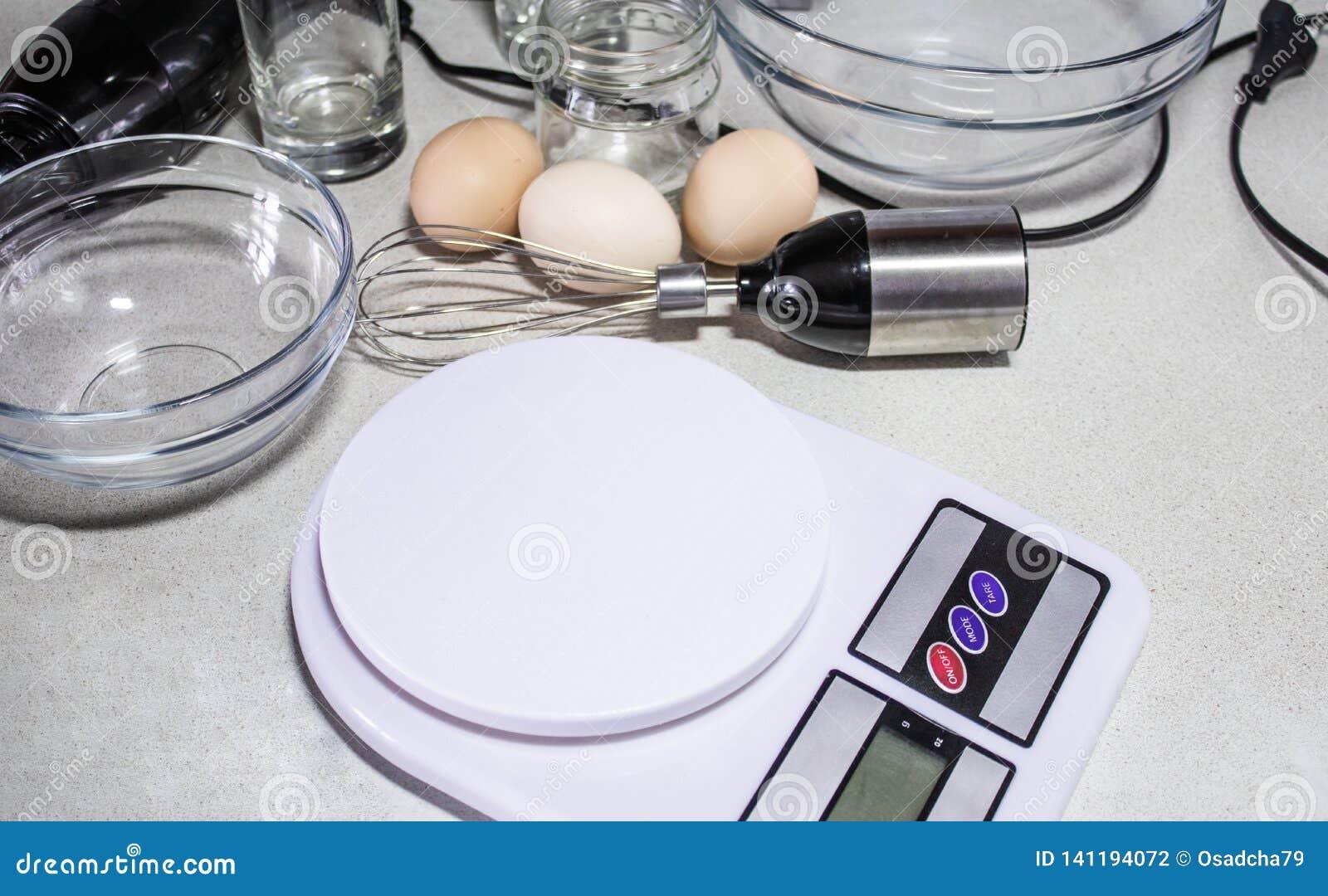 Scale e ciotole della cucina di Digital su una tavola bianca