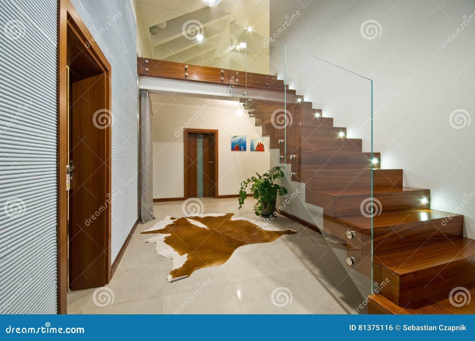 Scale moderne con il corrimano di vetro fotografia stock for Imagenes escaleras modernas