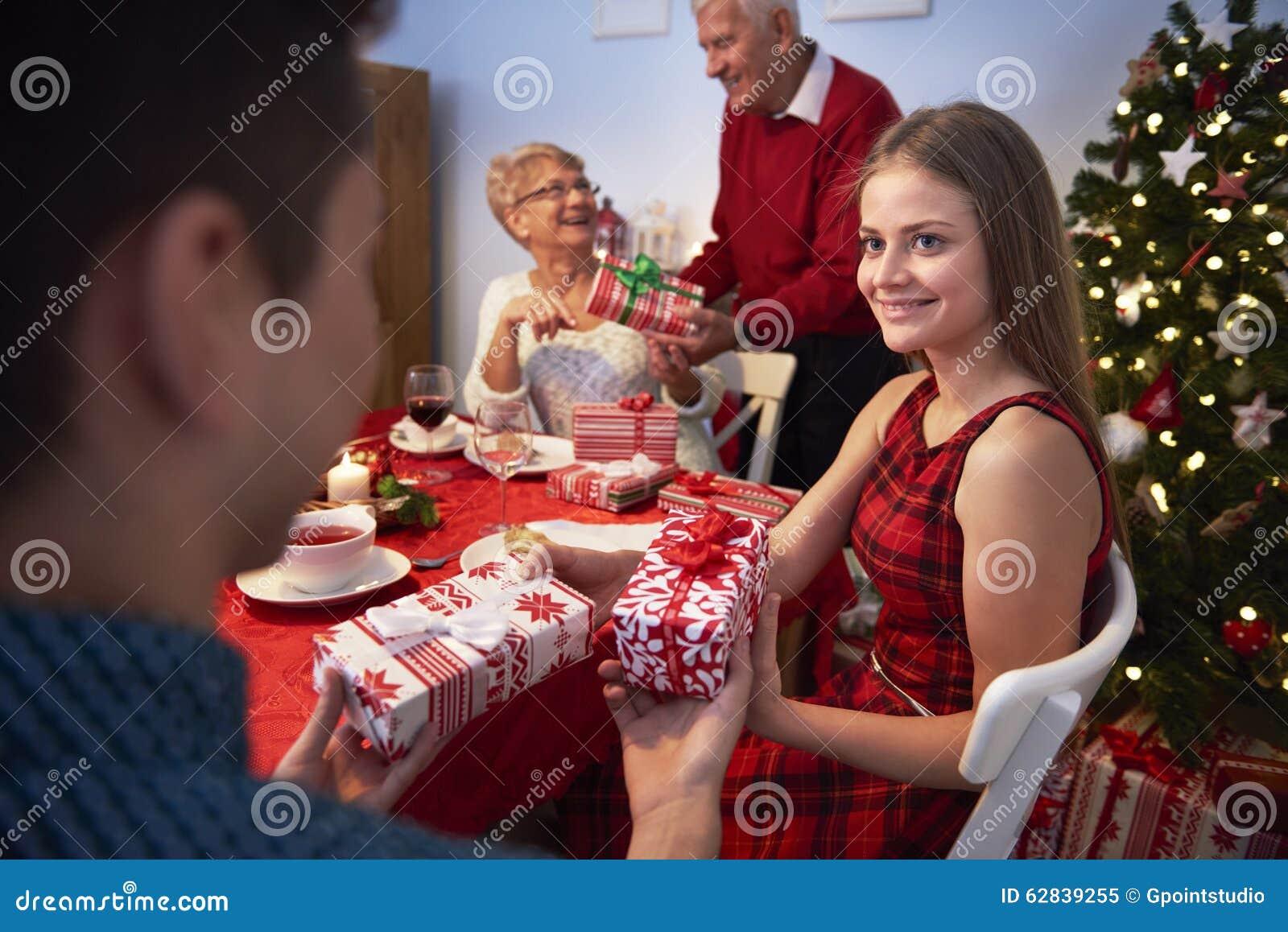 Regali Di Natale Fratello.Scambio Dei Regali Di Natale Immagine Stock Immagine Di Cheerful