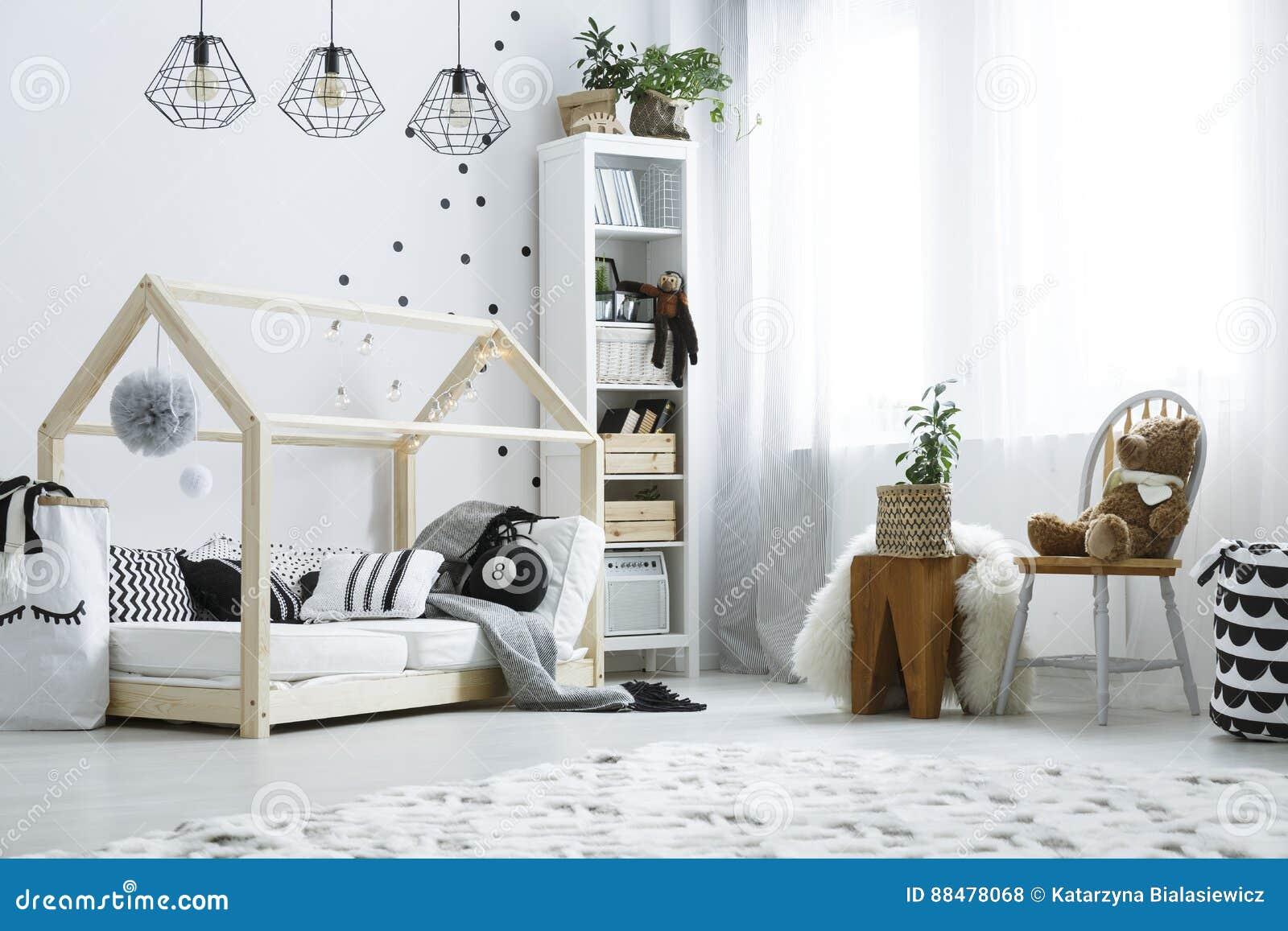 Scandi-Kinderschlafzimmer Mit Fenster Stockfoto - Bild von ...