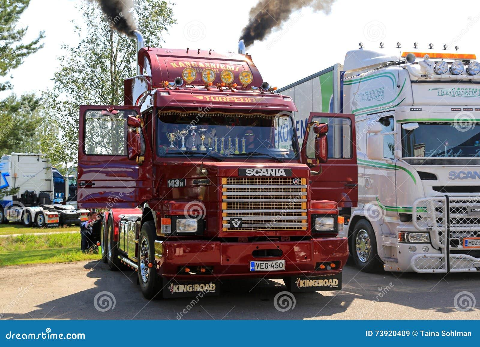 Scania clásico 143H sopla el vapor a través de los tubos
