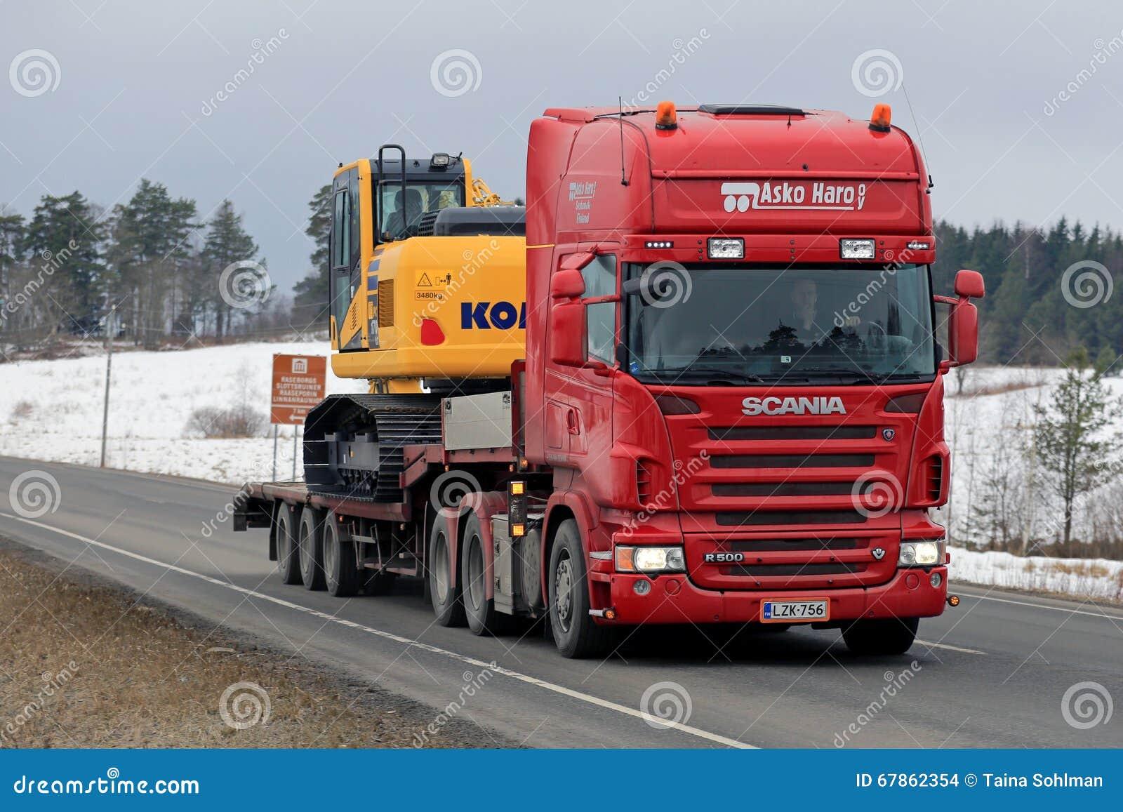 Scania R500 Ciągnie Komatsu Hydraulicznego ekskawator
