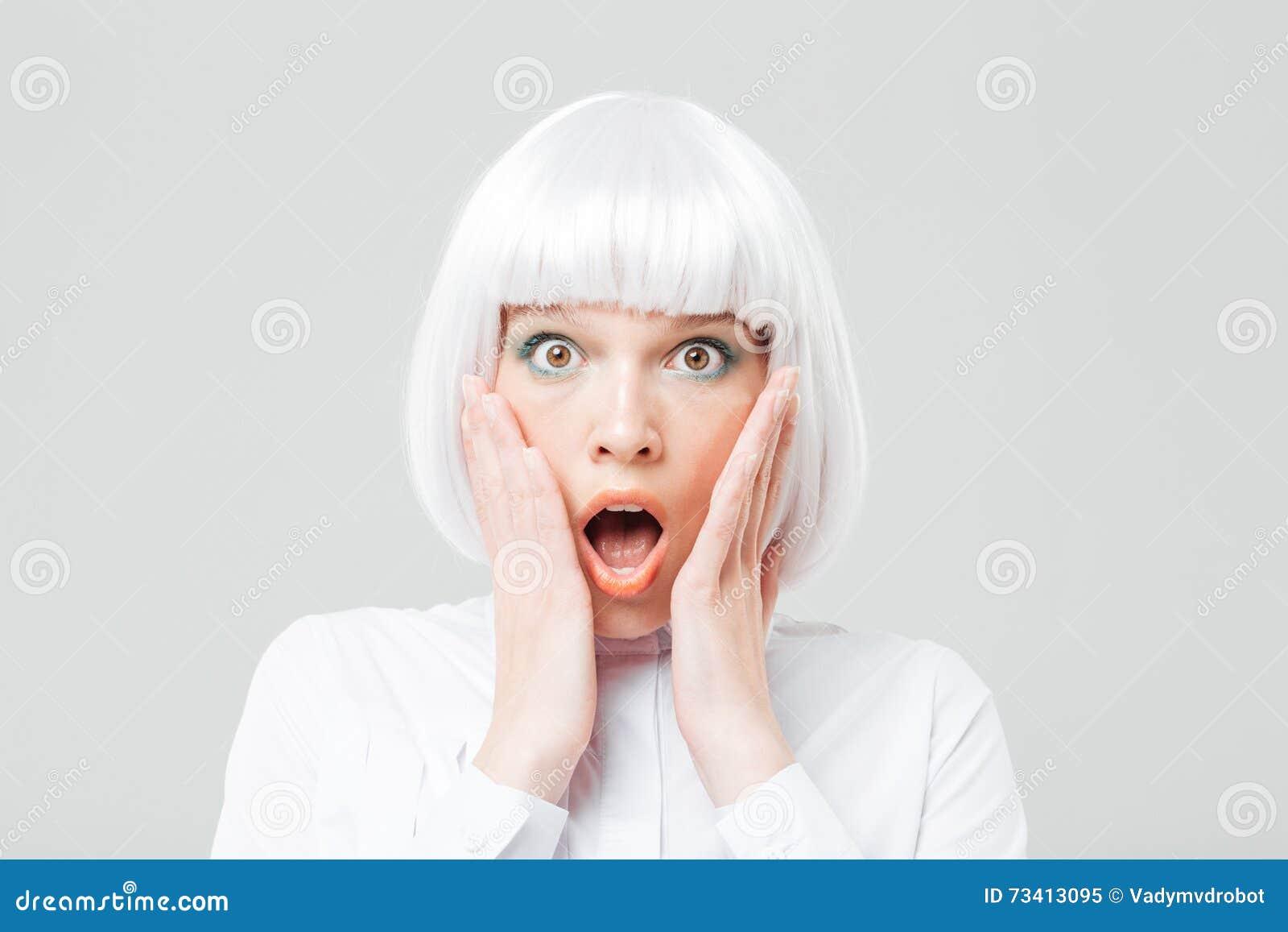 Scared chocó la mujer con la boca abierta y las manos en mejillas
