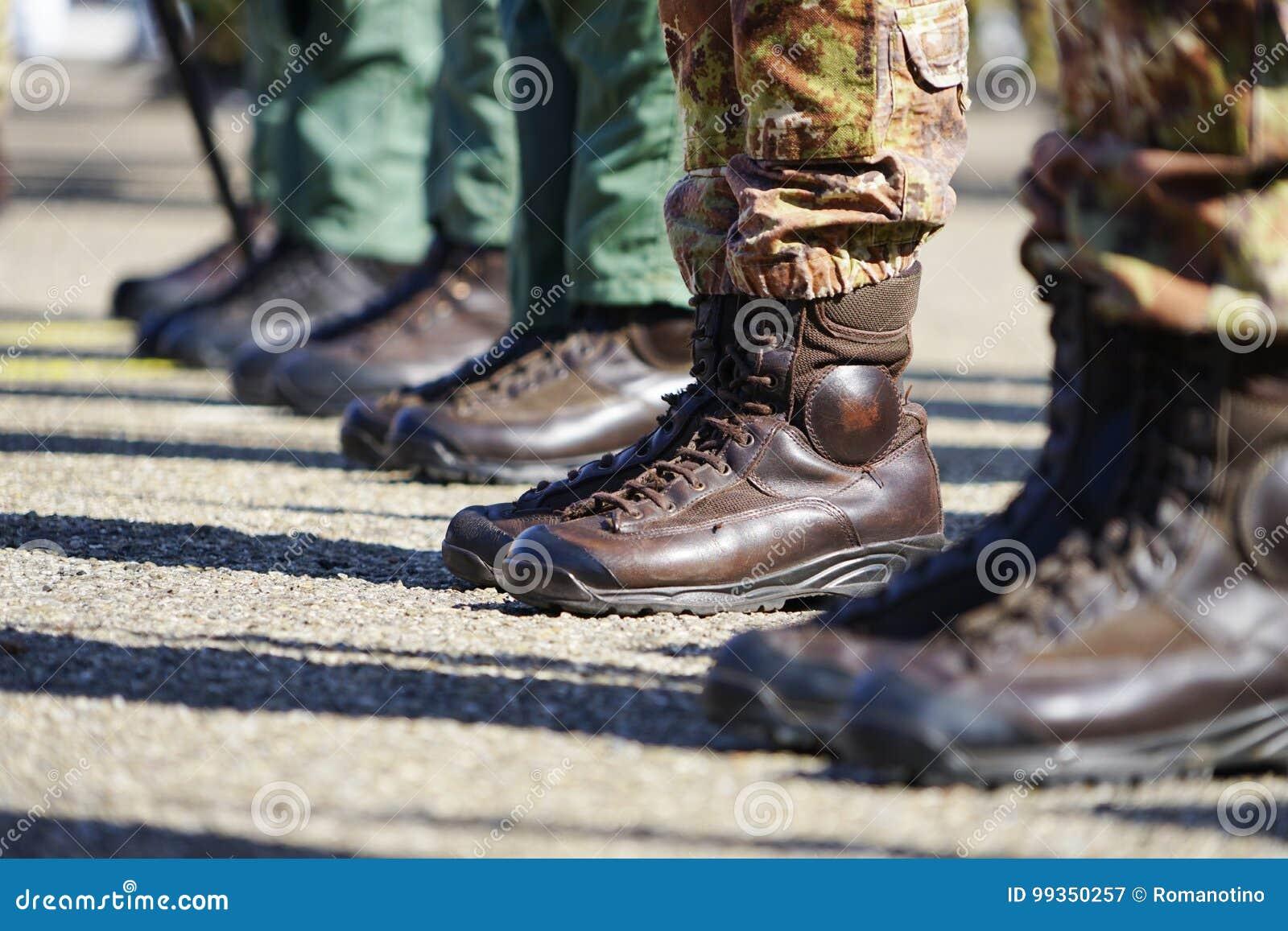 online store db8aa c83b3 Scarpe Che Anfibie Indossano Nei Militari Italiani Immagine ...