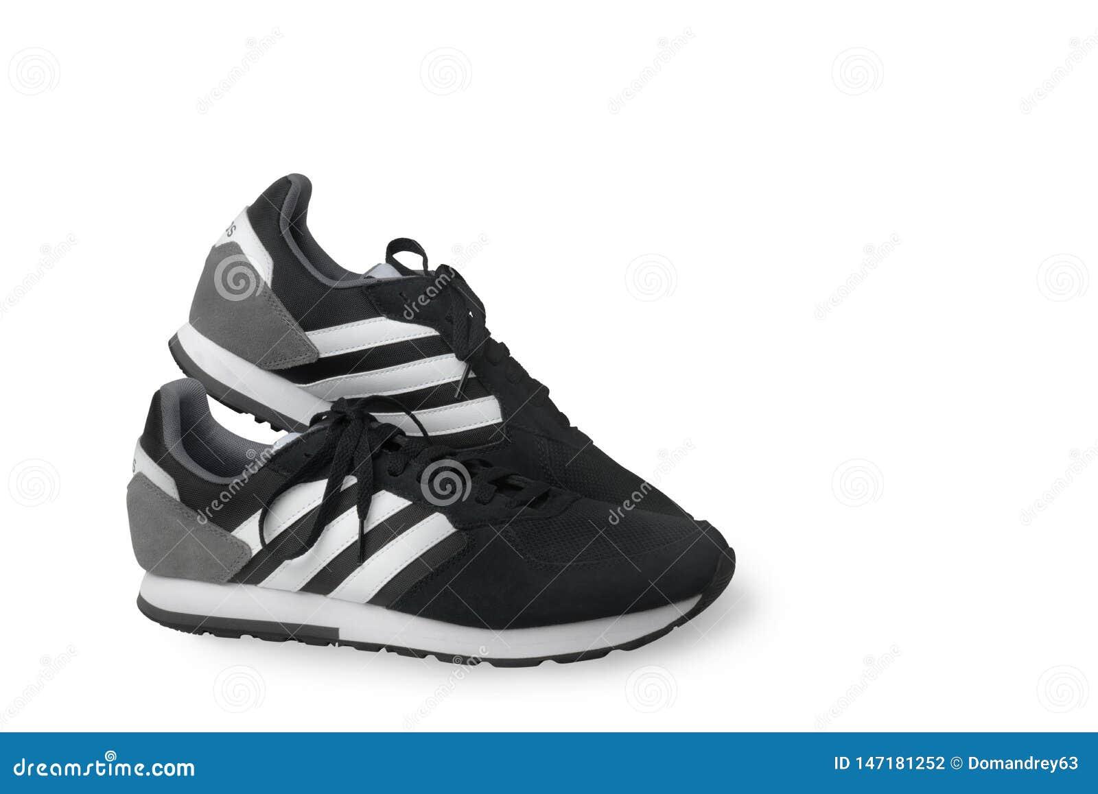 Scarpe da tennis delle scarpe di sport di Adidas nere su un fondo bianco Isolato samara La Russia 2019-04-13