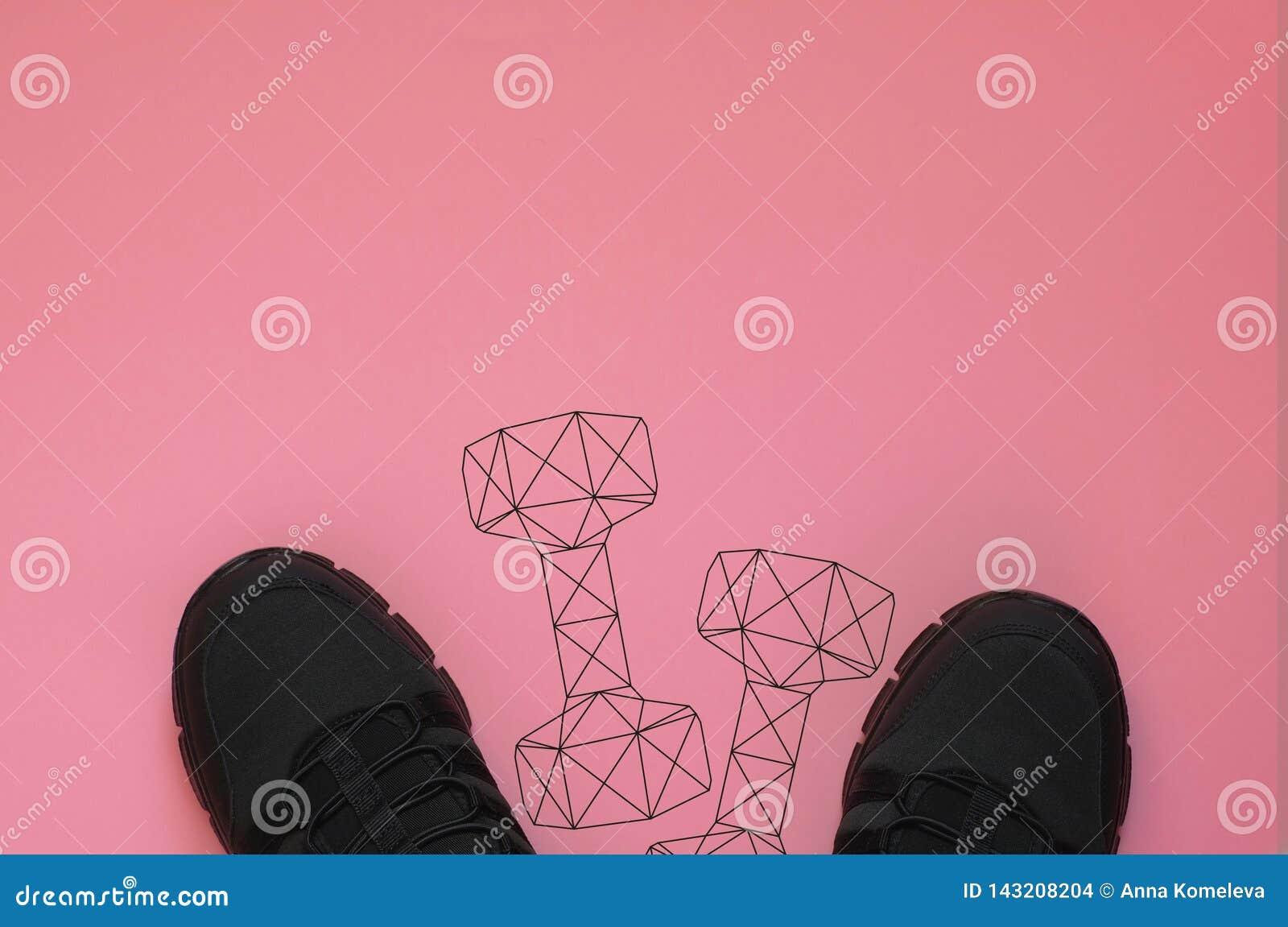 Scarpe da tennis nere e pesi poligonali della testa di legno della palestra su fondo di corallo