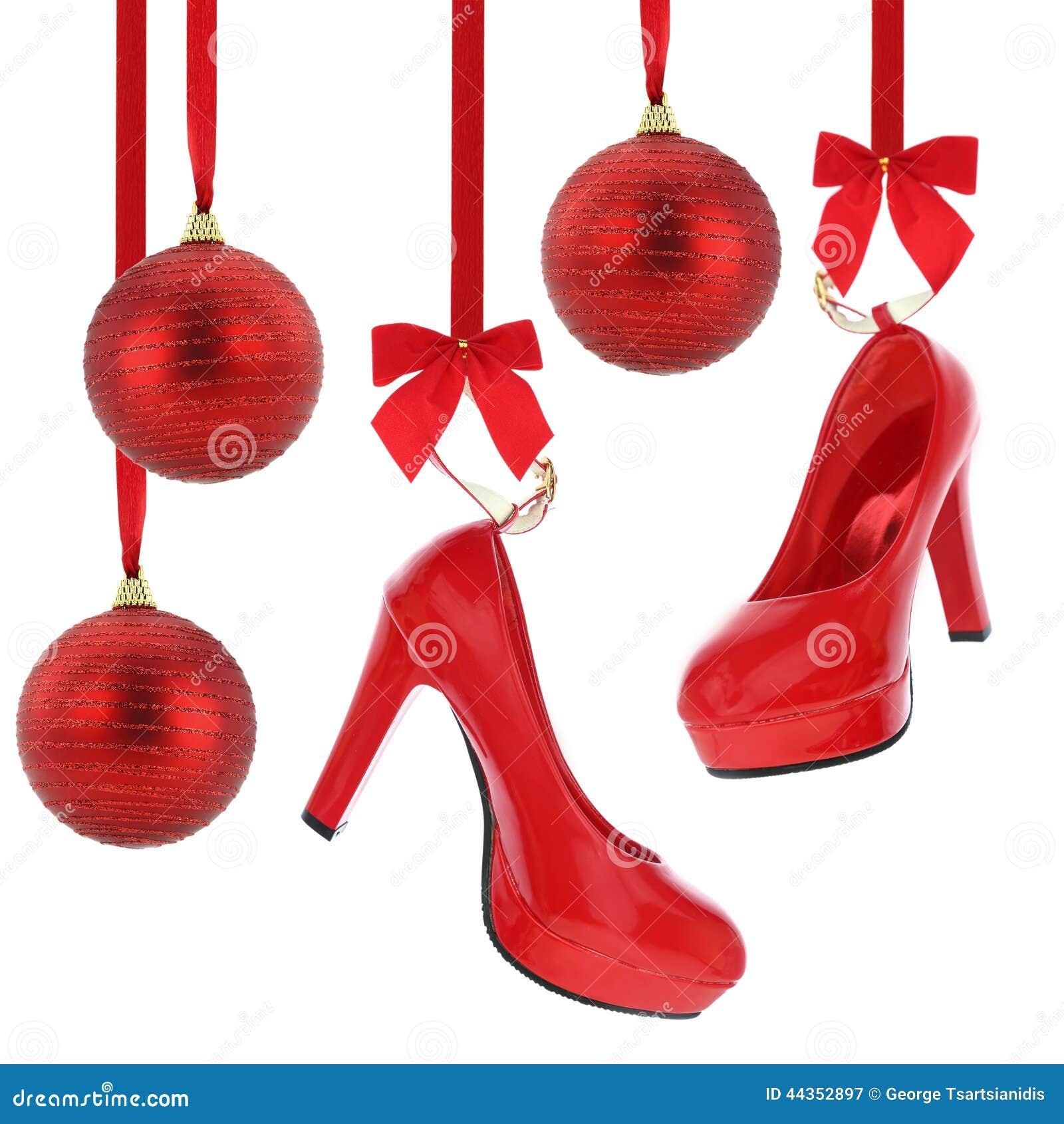 Scarpe dei tacchi alti e palle di Natale