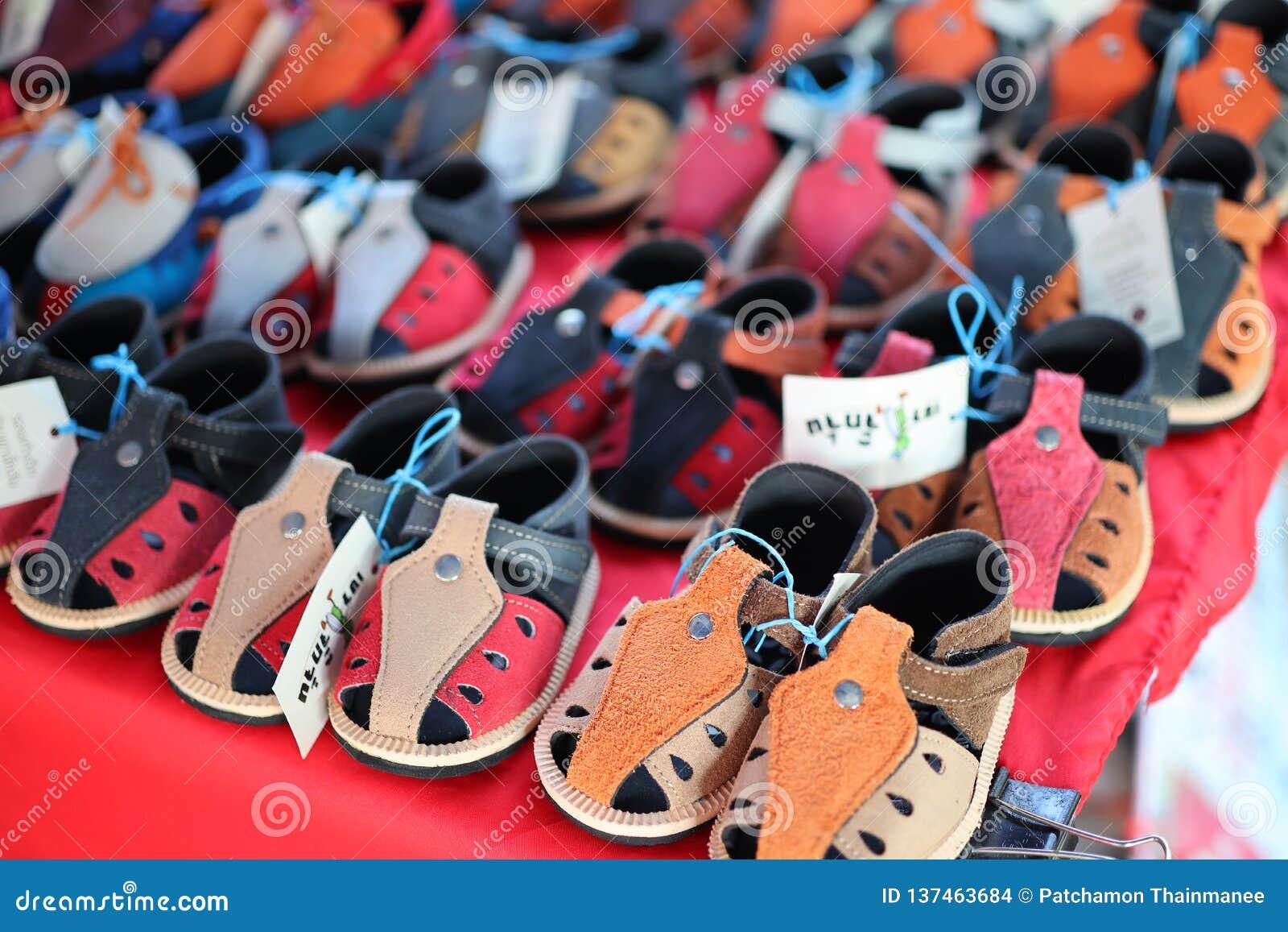 Scarpe di cuoio del primo piano per i bambini, molti colori, bello, stile d annata