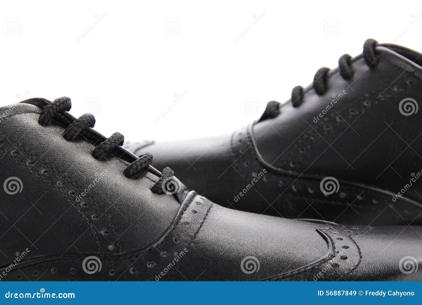 Scarpe di cuoio nere attraversate