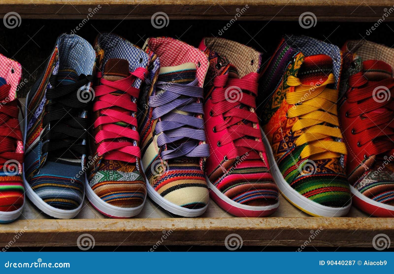 Scarpe di modo al mercato dell abbigliamento