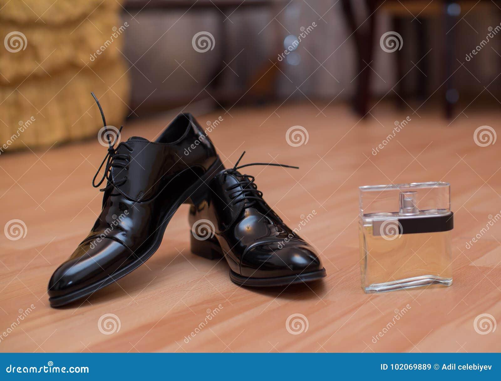 Scarpe e profumo del ` s degli uomini di colore per la preparazione di nozze